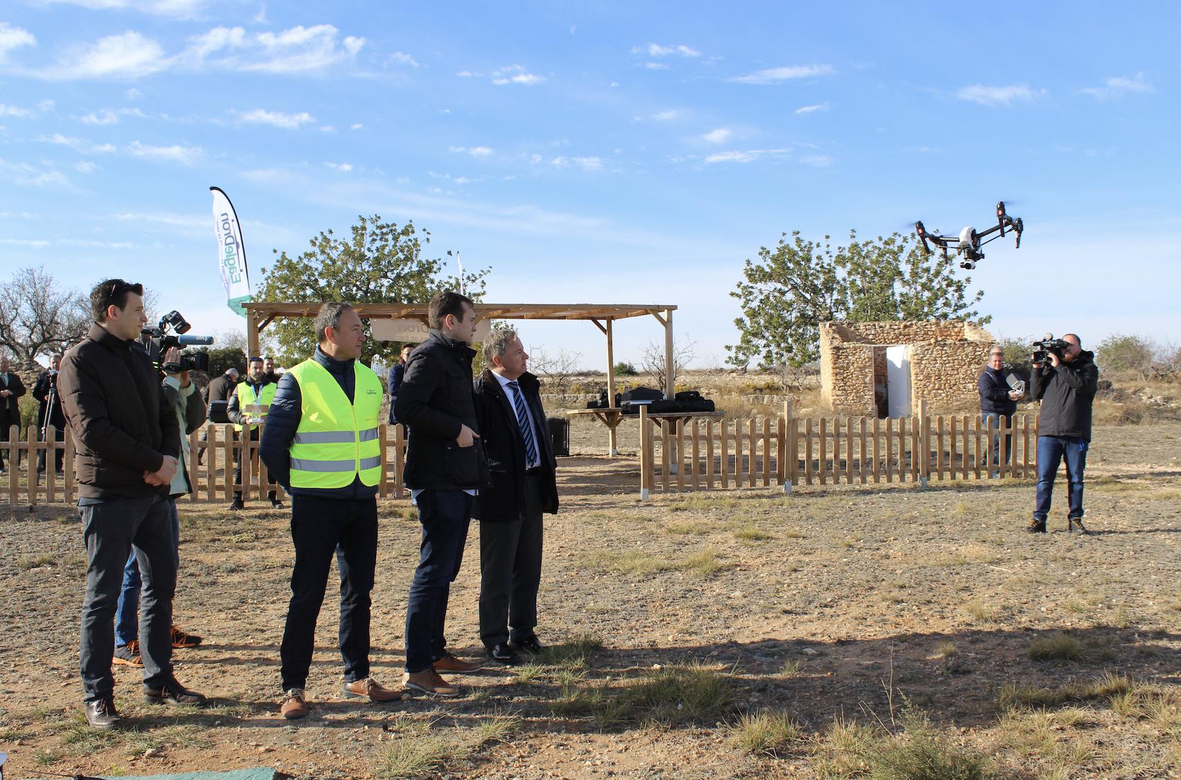 Demostración del funcionamiento de los drones a la que asistió el delegado del gobierno en la Comunidad Valenciana, Juan Carlos Moragues y el alcalde de Cheste, José Morell.