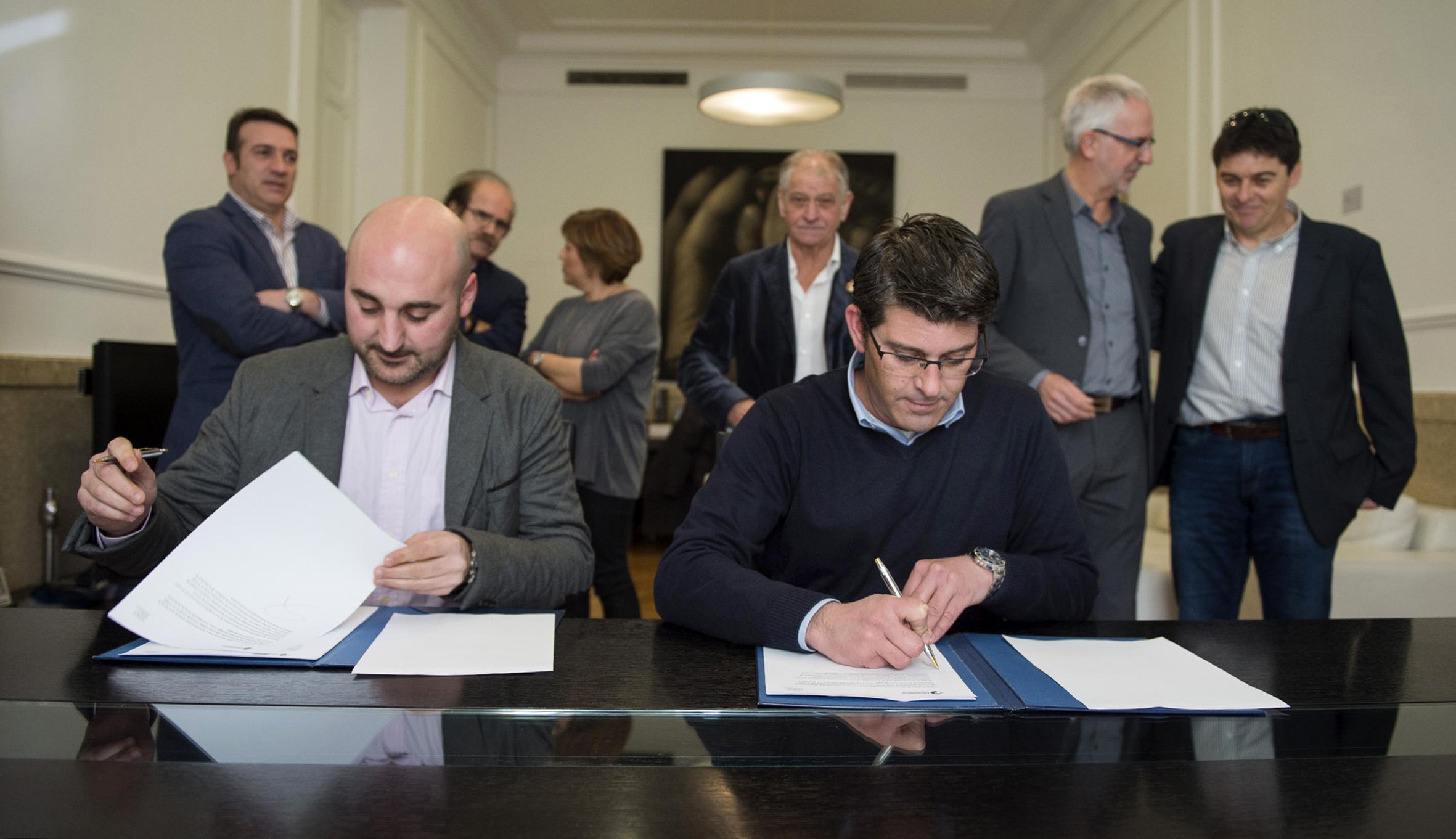 El presidente, Jorge Rodríguez, firma un acuerdo de colaboración con Redteval, una nueva federación de desarrollo territorial que recibirá una aportación de 60.000 euros y el asesoramiento técnico de la corporación.