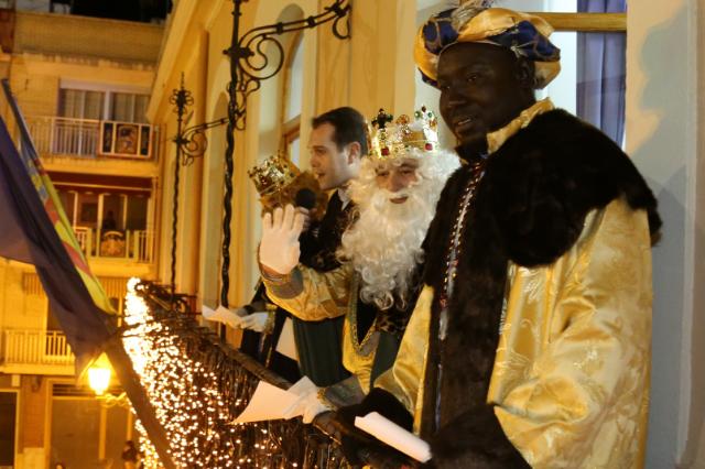 Sus Majestades los Reyes Magos fueron recibidos en el ayuntamiento por las autoridades locales.