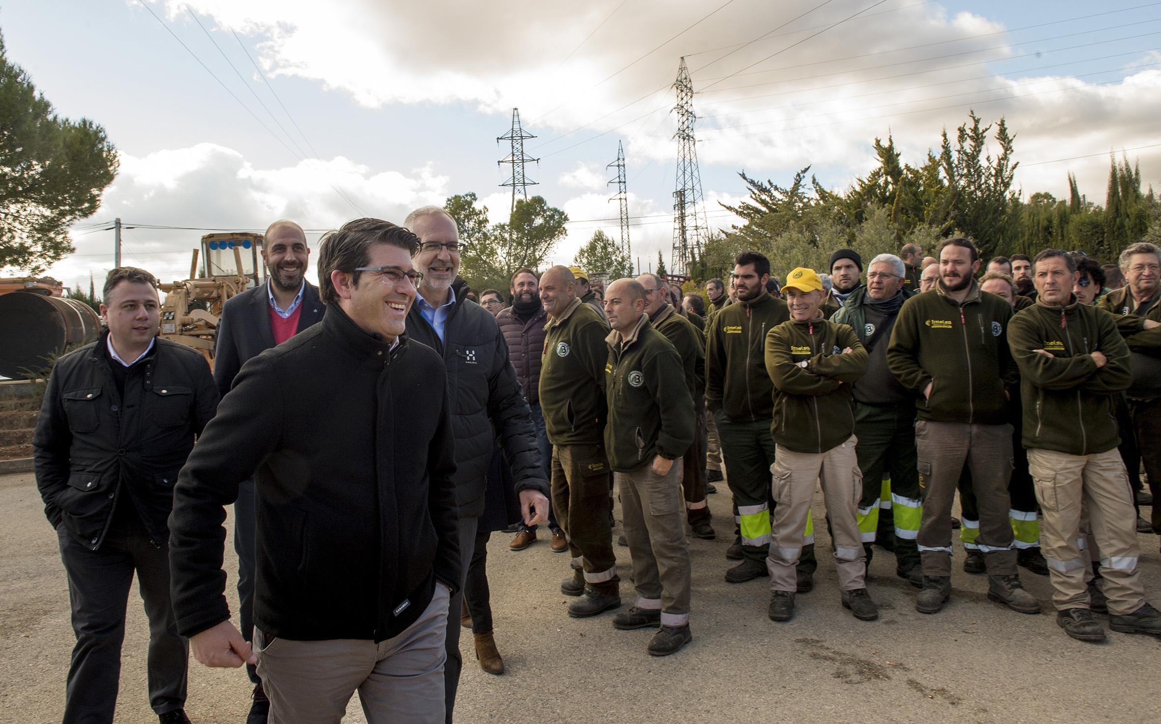 """El presidente de la Diputació de València acude a la entrega del nuevo equipamiento a las 56 brigadas forestales de la corporación, que mejora los elementos de trabajo de los """"héroes"""" antiincendios."""