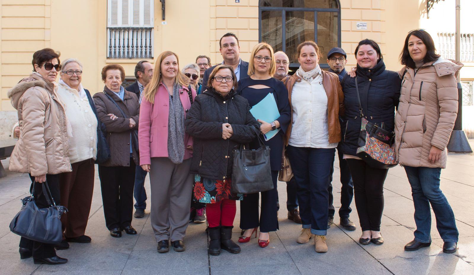 Al pleno de hoy de la Diputación de Valencia en el que se ha debatido esta propuesta han asistido una veintena de representantes de las distintas plataformas ciudadanas y asociaciones de padres y madres de niños con discapacidad de Llíria y de la comarca del Camp de Túria.