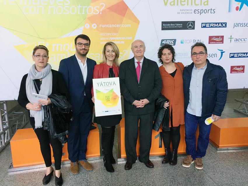 Miembros de la asociación y autoridades locales junto al presidente de la AECC Provincial, Tomás Trenor.