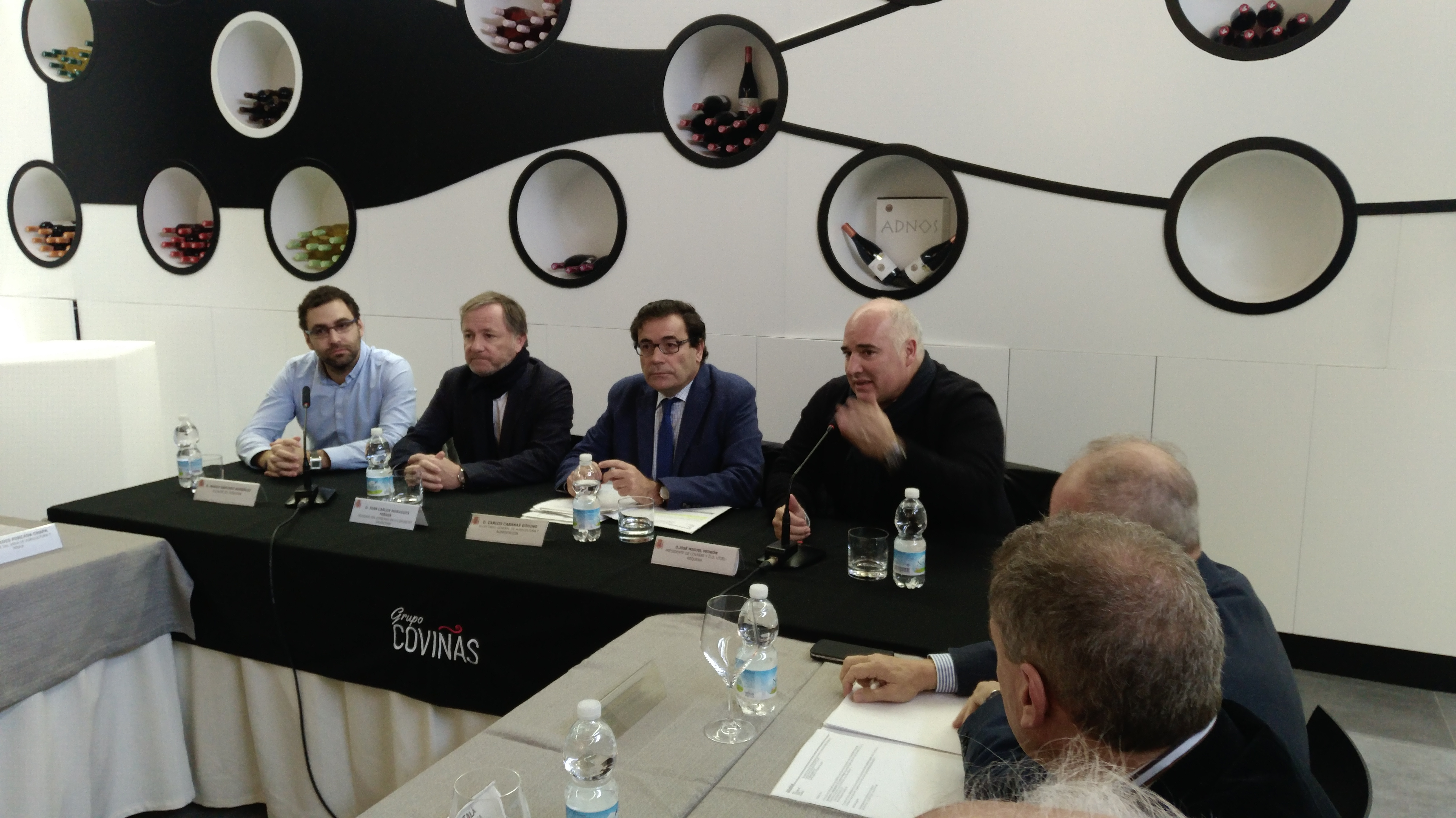 Cabanas se ha desplazado a Requena para reunirse con representantes de cooperativas, agricultores y elaboradores de cava, en compañía del Delegado del Gobierno en la Comunitat Valenciana, Juan Carlos Moragues.