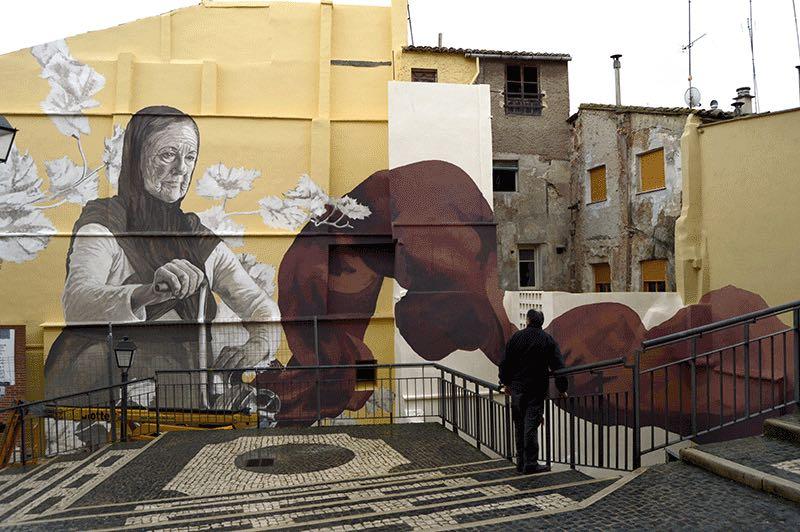 Uno de los murales realizados al aire libre en las fachadas de las casa en Requena.