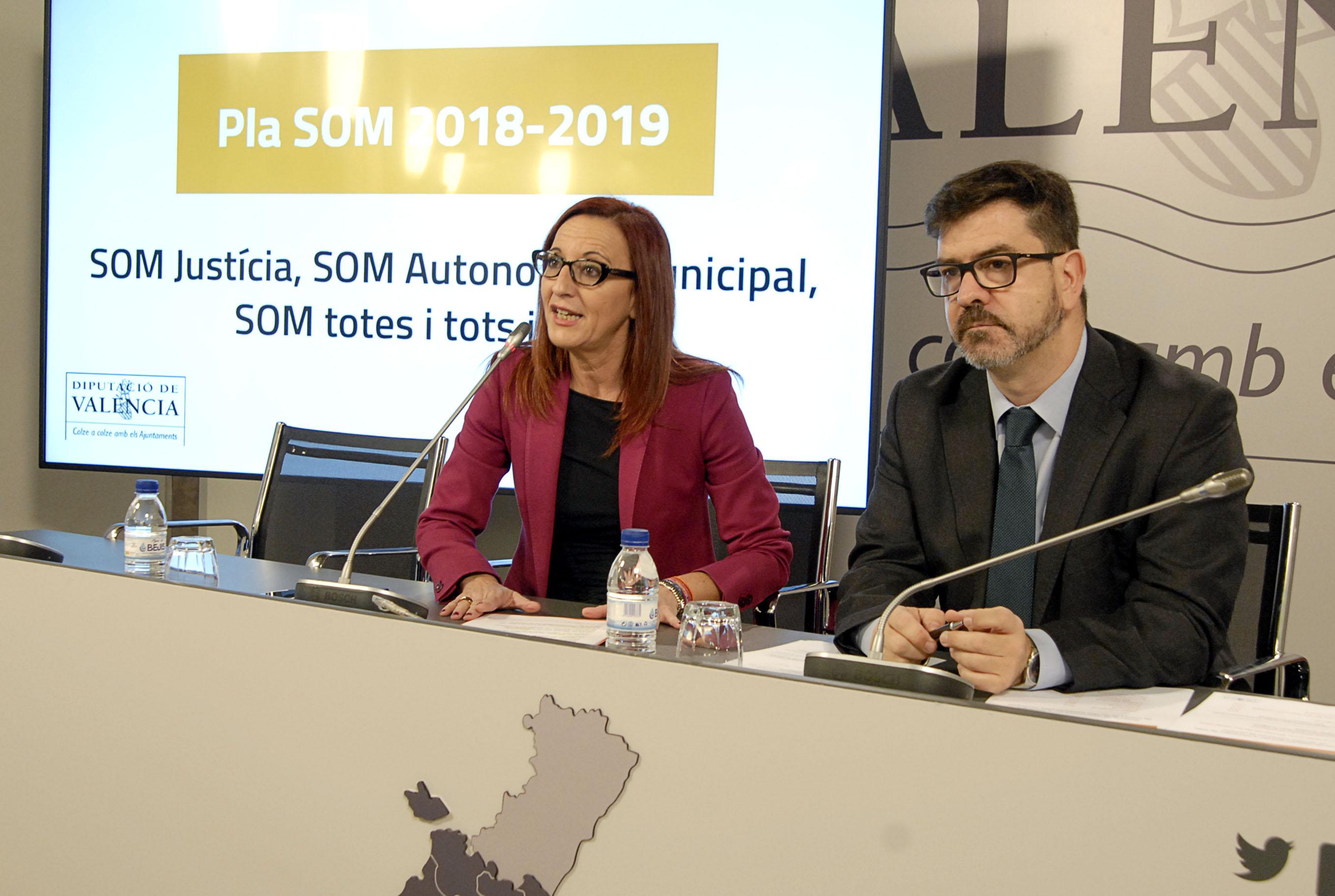 La Vicepresidenta de la Diputació, Mª Josep Amigó, y el diputado Emili Altur durante la presentación del plan.