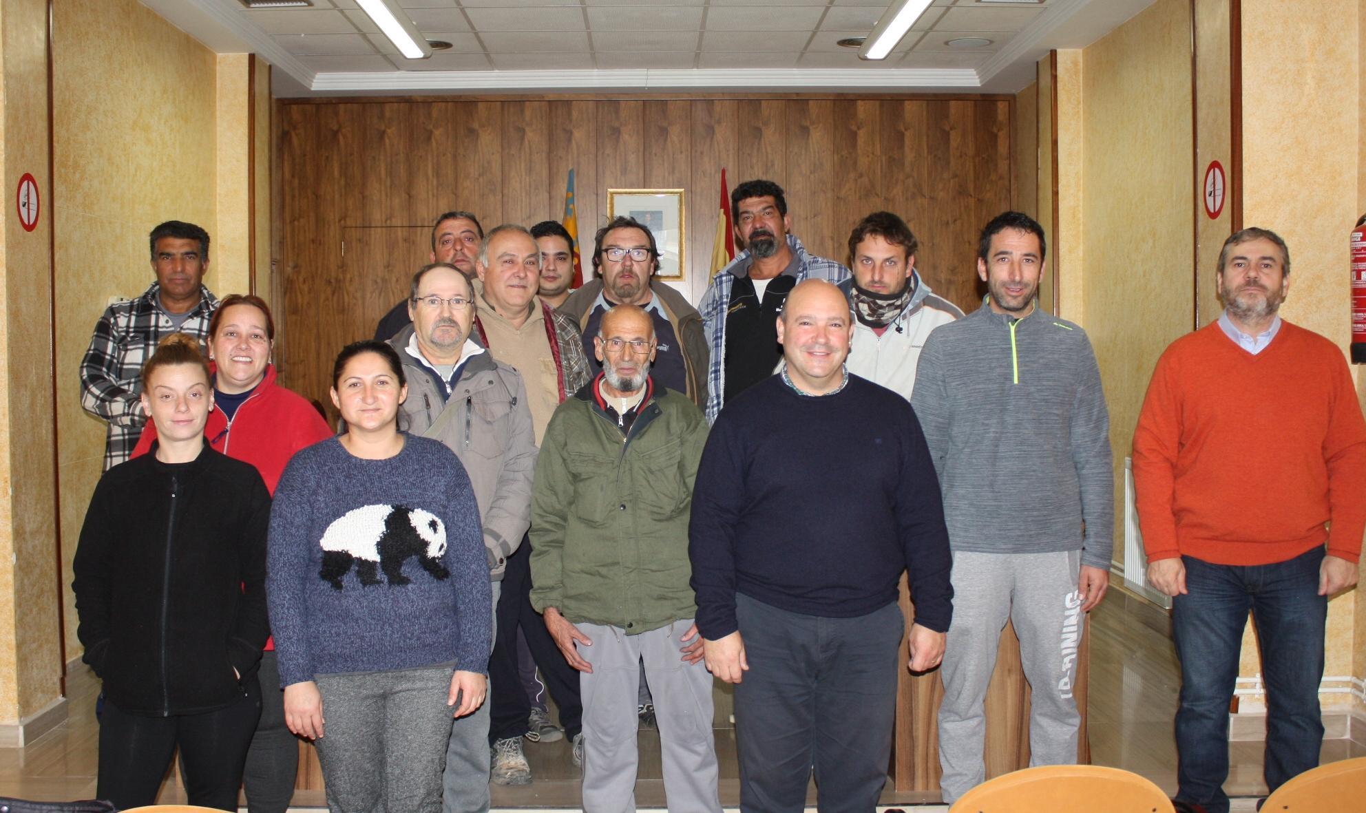 Eugenio Fortaña y los responsables municipales con los empleados por el EMPUJU y el ENCUJU.