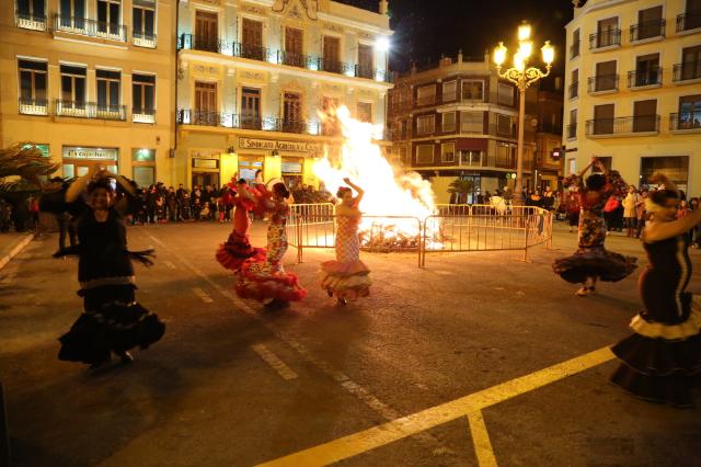 La hoguera municipal estuvo amenizada por un grupo de baile de sevillanas.