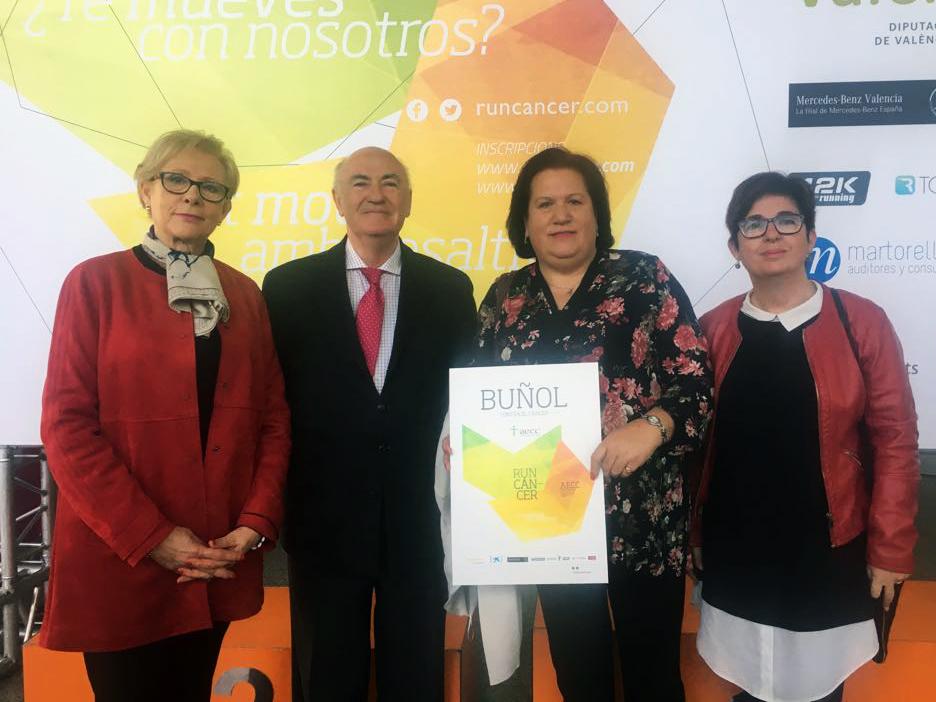 Representantes de la AECC de Buñol junto al presidente de la AECC Provincial y la alcaldesa de Buñol.