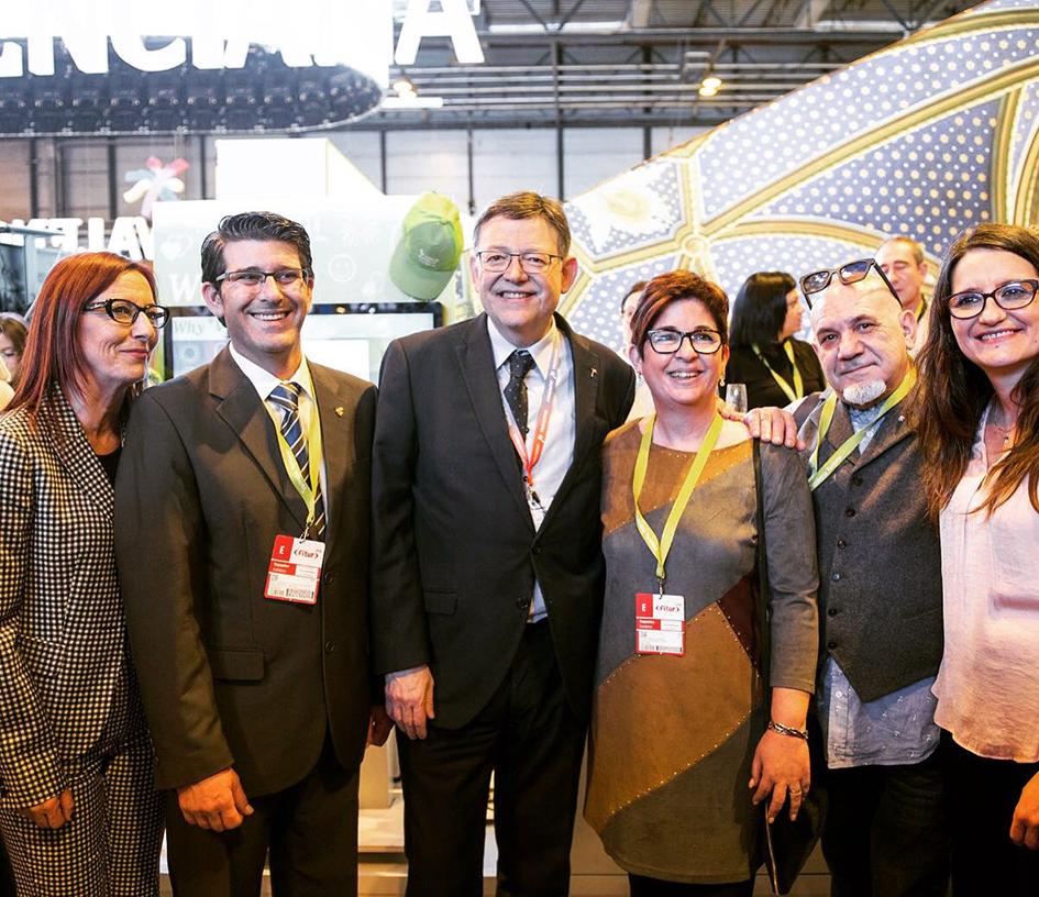 Responsables del Consell y de la Diputació junto a alcaldes y alcaldesas del interior valenciano en Fitur 2018.