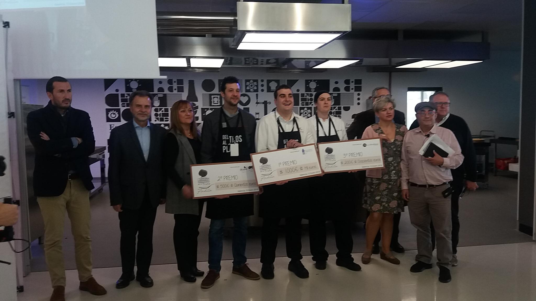 Imagen de la diputada Pilar Moncho con los premiados y miembros del jurado.