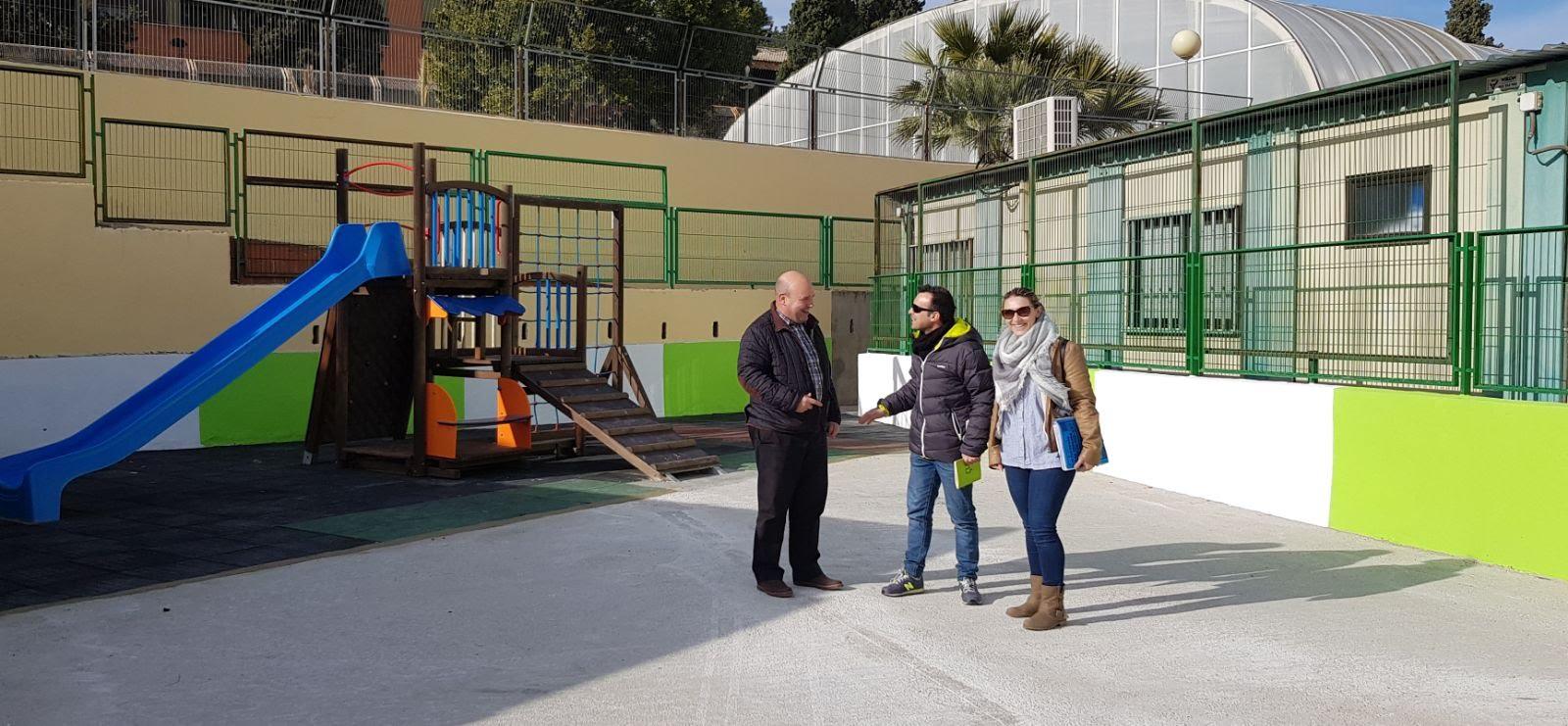 Visita de les autoritats locals al pati de l'escola.