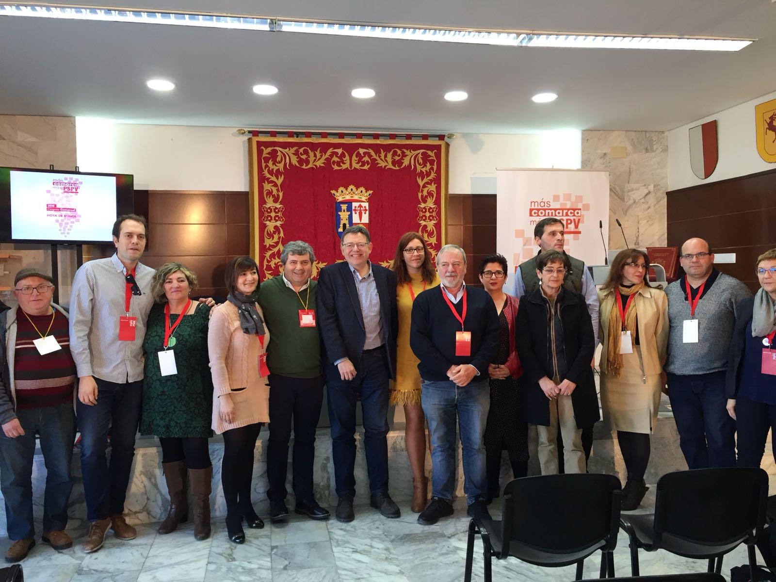 El Secretario General del PSPV-PSOE junto a alcaldes ya alcaldesas del PSPV-PSOE de La Hoya de Buñol-Chiva tras el congreso.