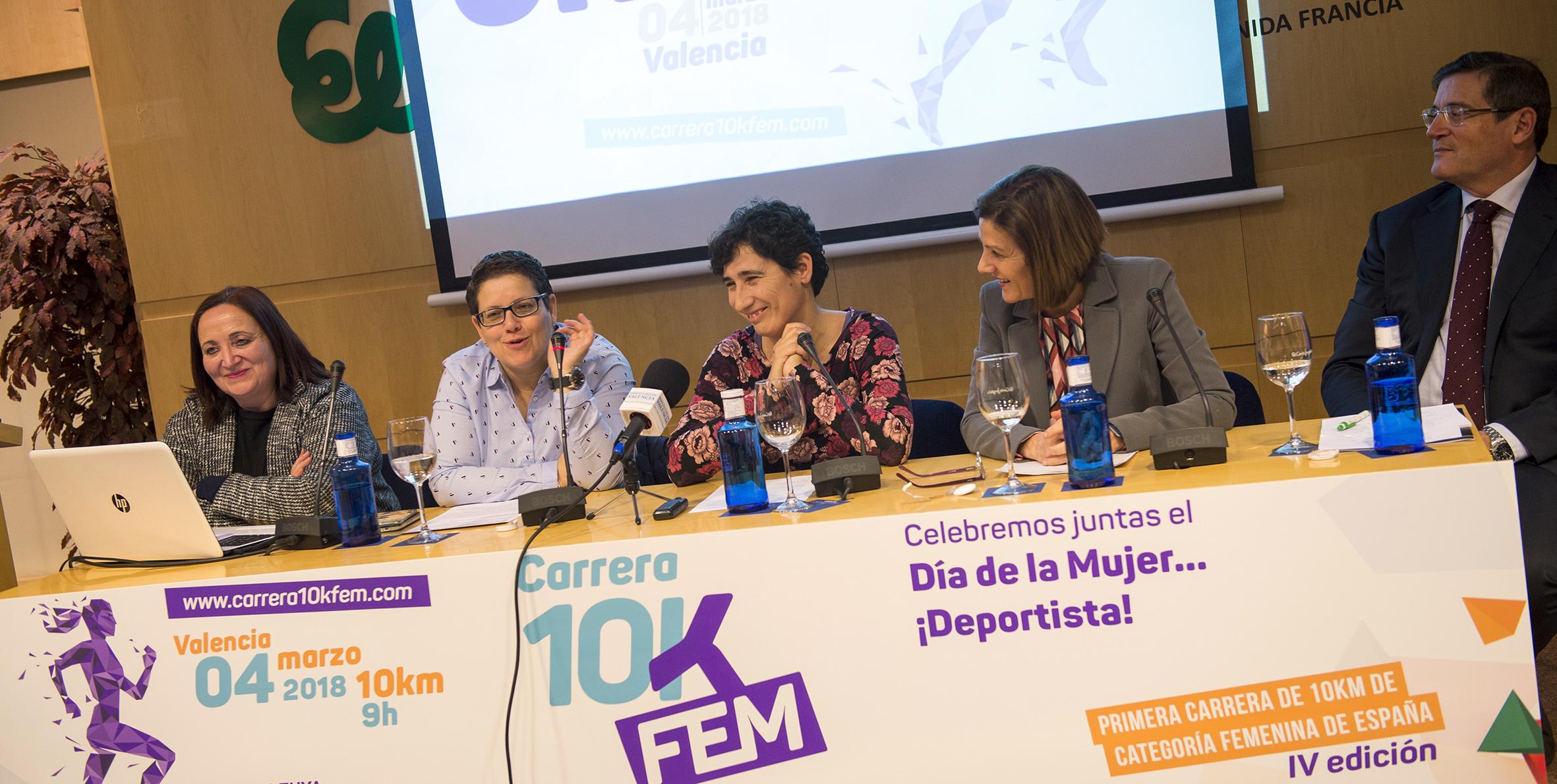 La diputada Isabel García junto a la directora de la 10K Femenina Mara Aparicio, la regidora de Deportes de Valencia Maite Girau y dos de los patrocinadores de la carrera.