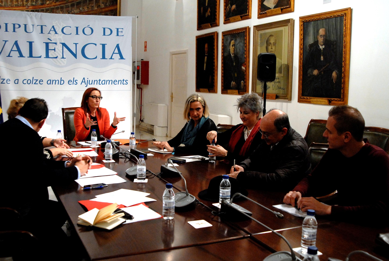 Maria Josep Amigó y Mercedes Berenguer con el alcalde de Aras de los Olmos y entidades vecinales.