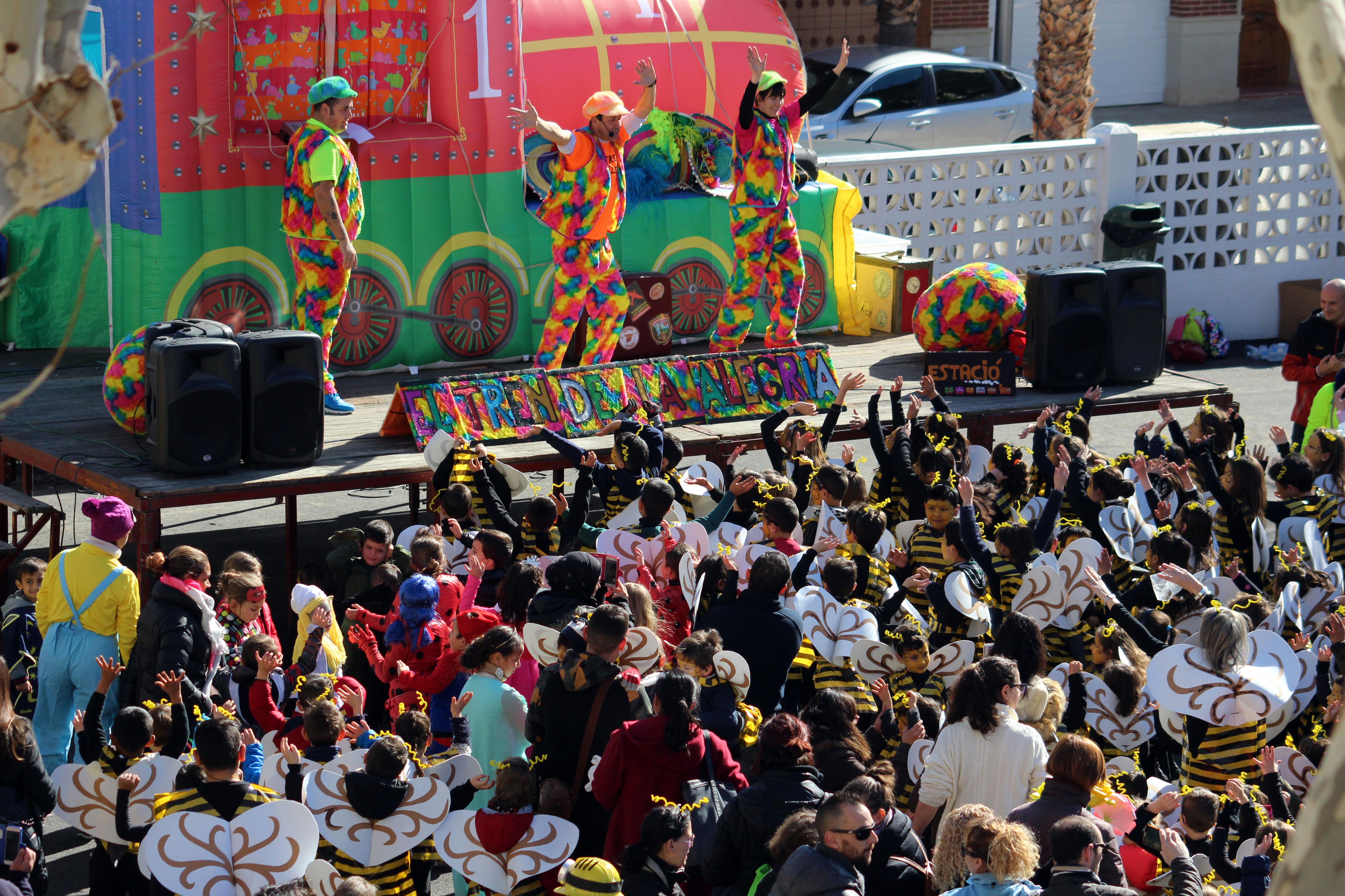 Cientos de escolares han participado en el Carnaval de Cheste.