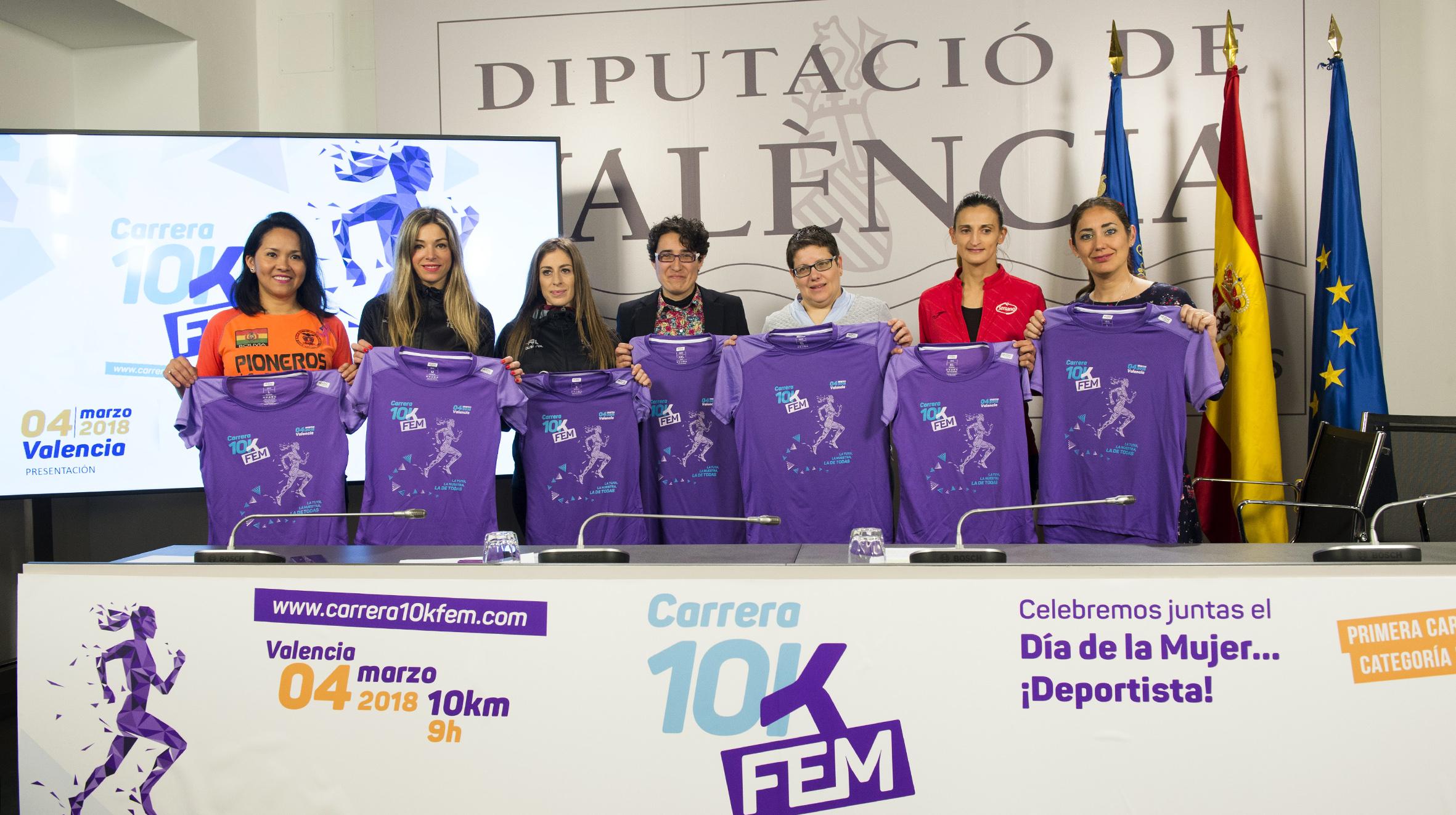 Diputada de Deportes, Isabel García, con corredoras de la 10KFem.