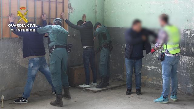 Los agentes de la Guardia Civil en el momento de proceder a la detención de los presuntos integrantes de la red.