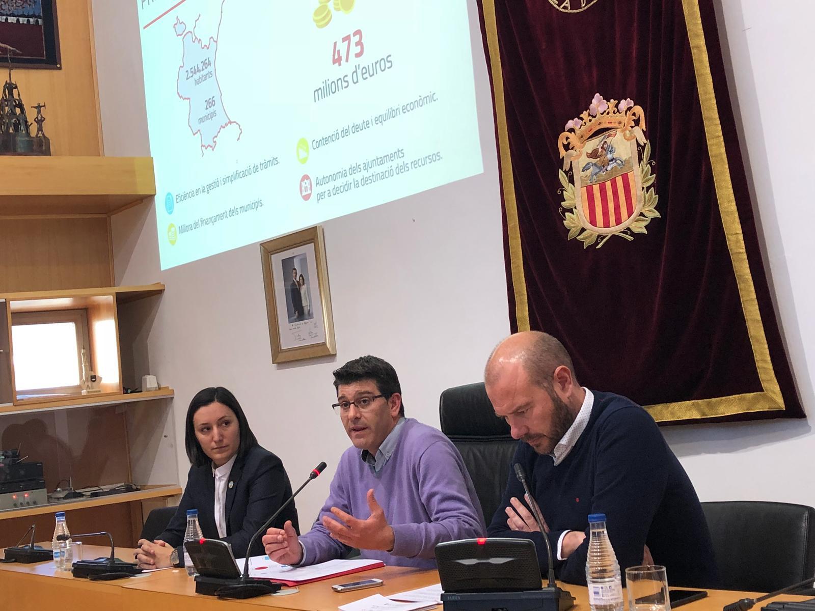 Jorge Rodríguez al costat de l'alcaldessa d'Algemesí, Marta Trenzano, i el diputat d'Hisenda, Toni Gaspar.