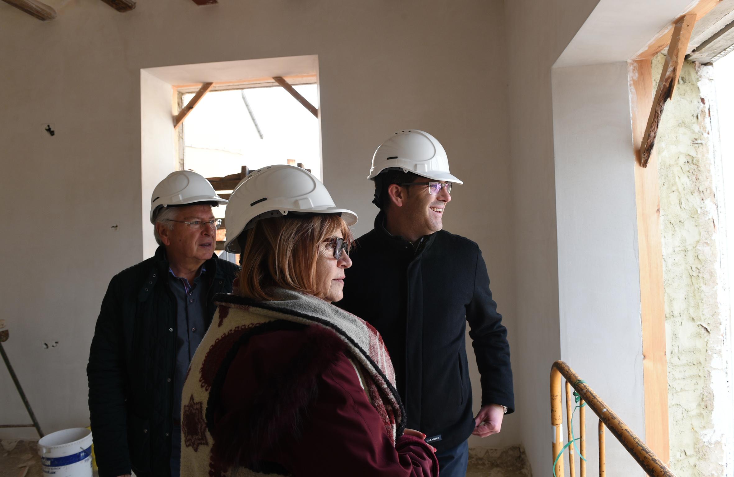El presidente de la Diputació con la diputada Conxa García y el alcalde de Teresa de Cofrentes.