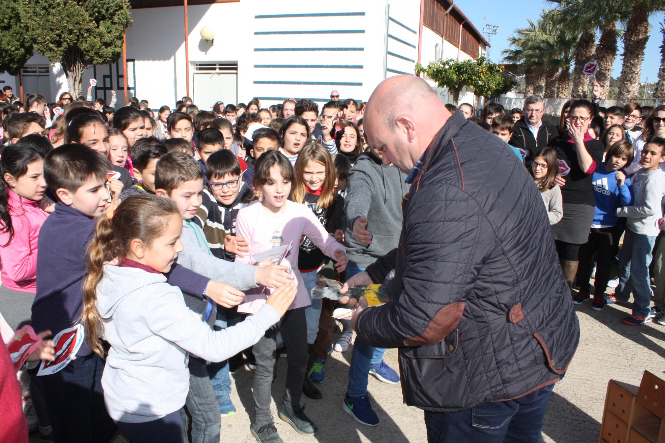L'Alcalde, Eugenio Fortaña, també va participar en l'acte proporcionant els coloms que alguns dels alumnes van soltar com a símbol de pau.