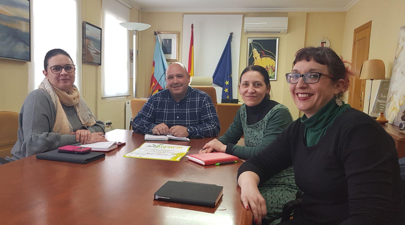 L'Alcalde de Turís i la Regidora de Benestar social amb les coordinadores de La Ribera Impulsa.