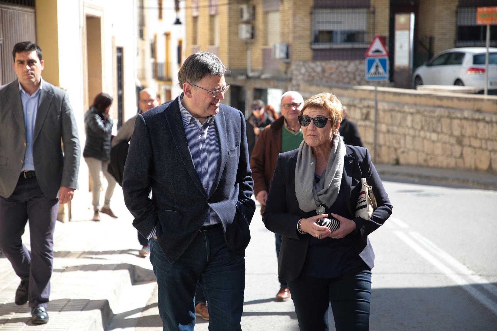 El President de la Generalitat, Ximo Puig, con la alcaldesa de Alborache durante su visita al mercado de la localidad.