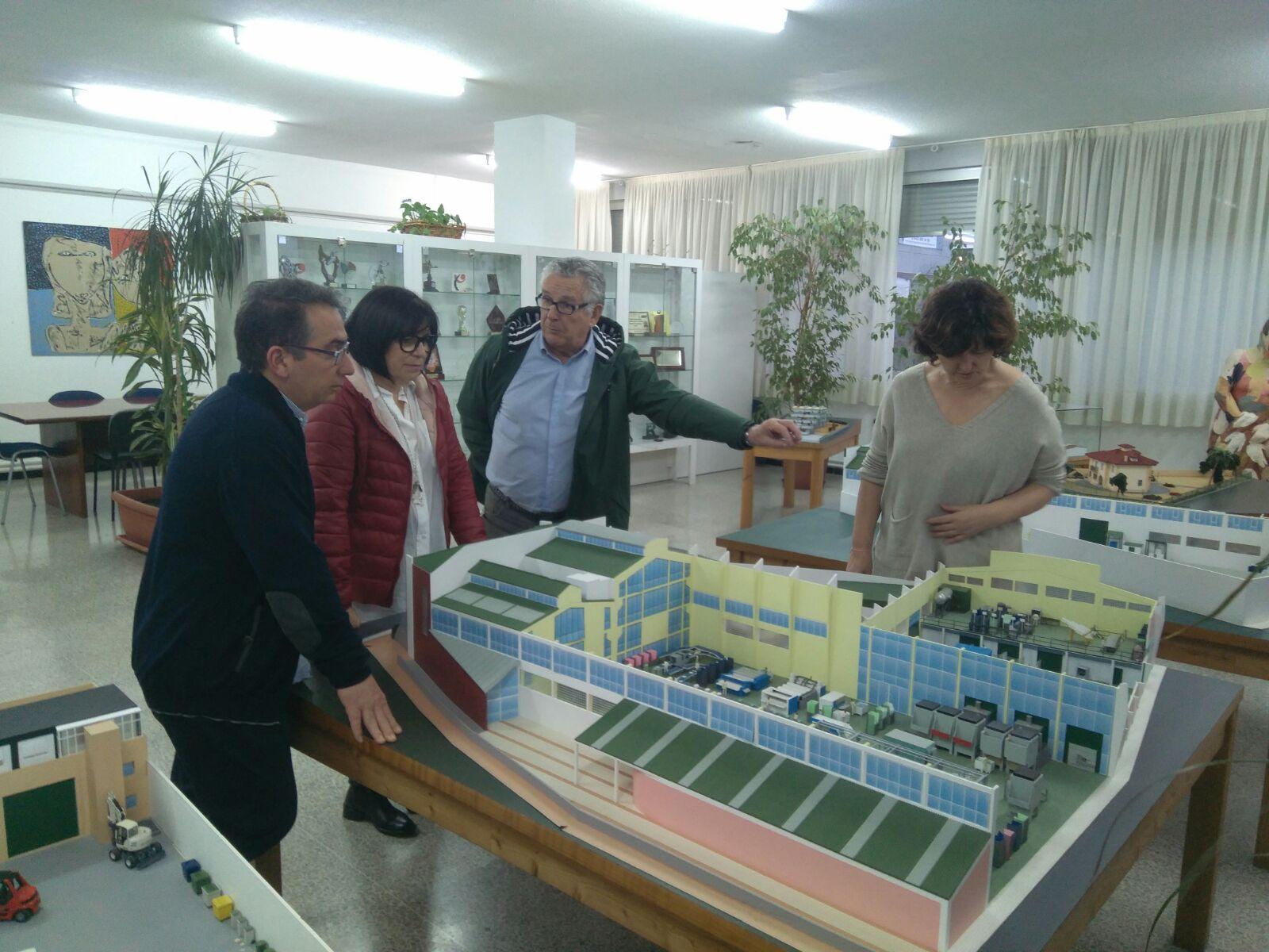 El alcalde, Miguel Tórtola, y la concejala de servicios sociales, Pepa Gimeno, tras su visita a las instalaciones cántabras.