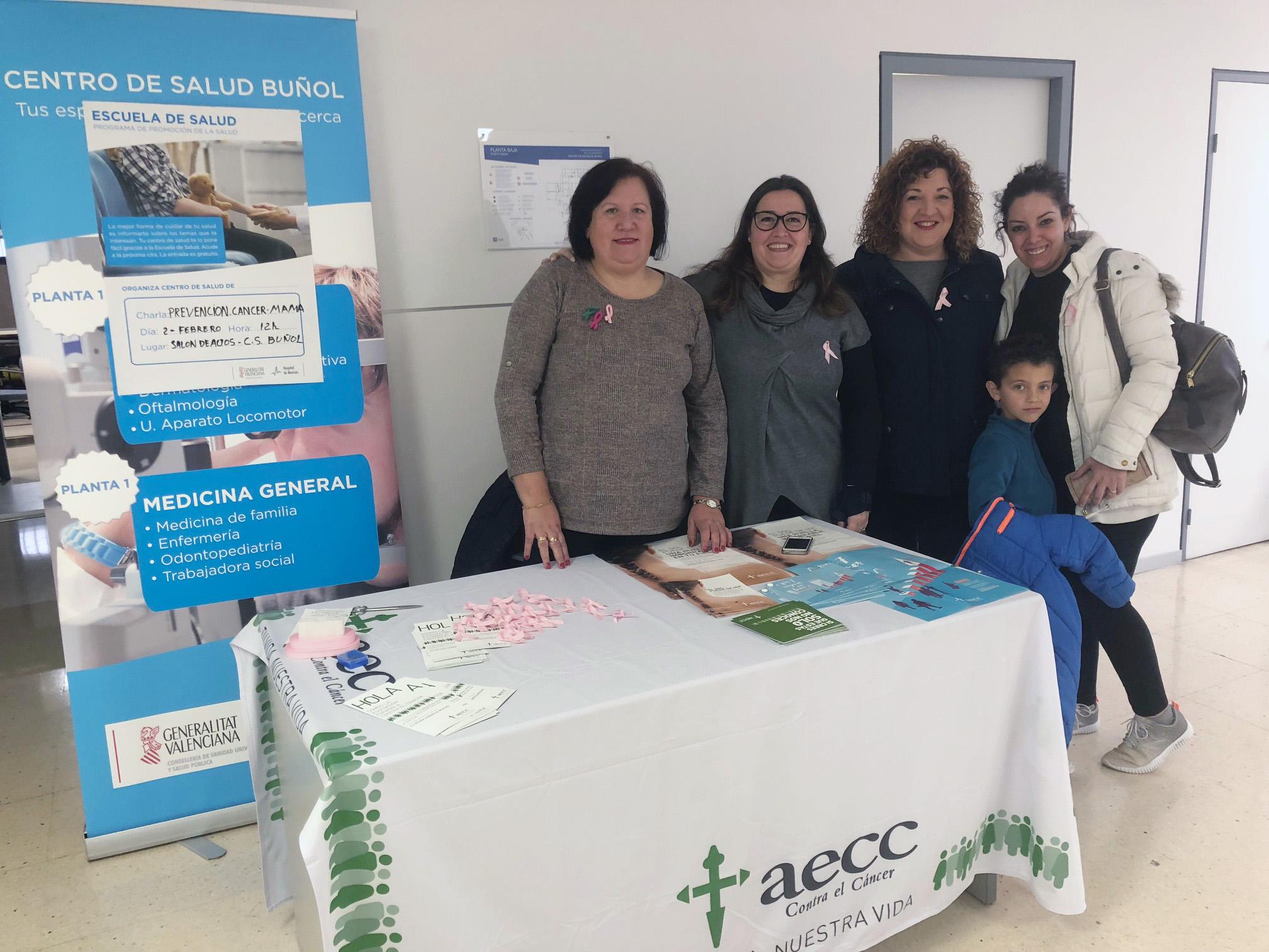Mesa de la AECC de Buñol en el Centro de Salud de la localidad.