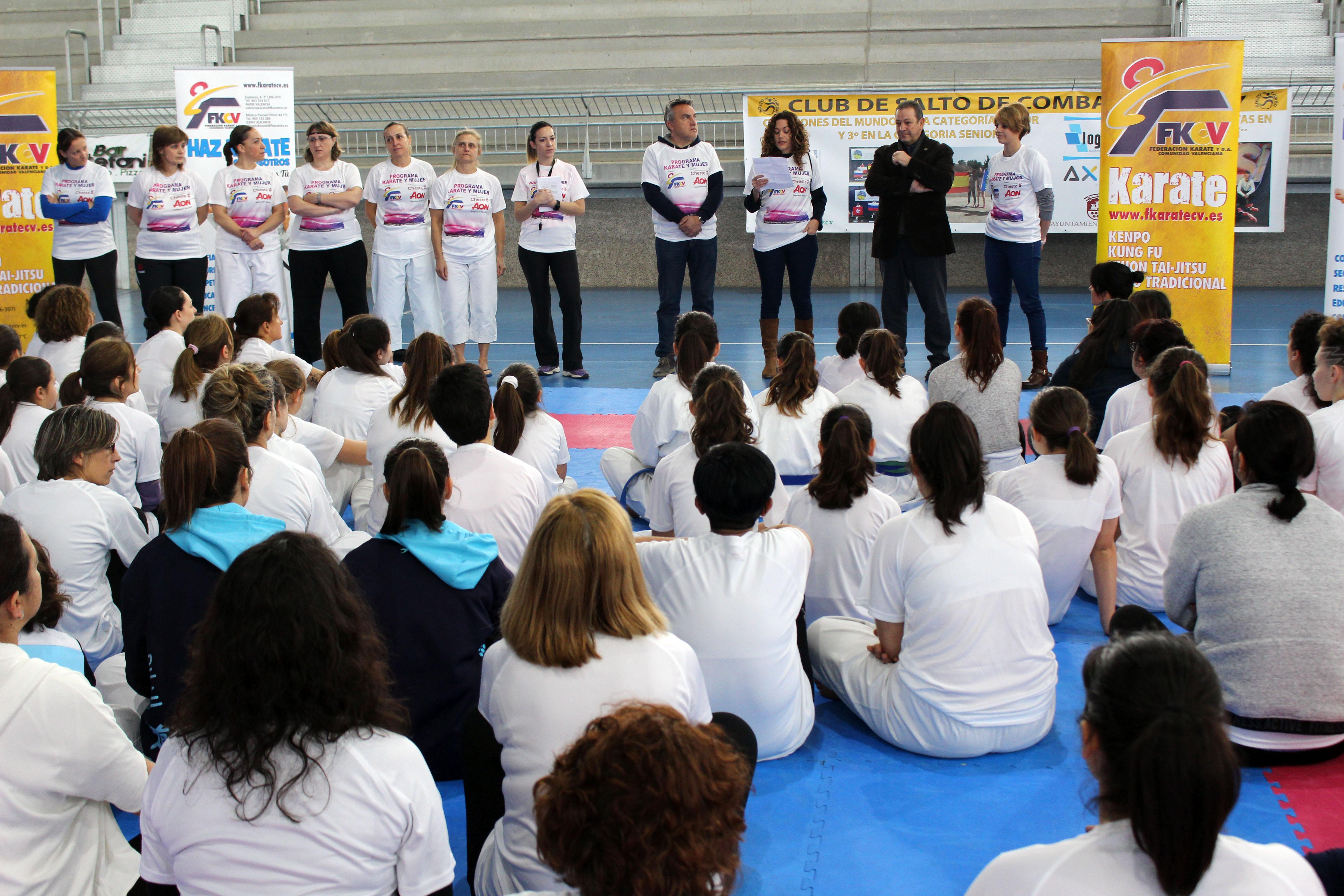 El pabellón deportivo municipal recibió el domingo a más de 140 mujeres en el I Encuentro de la Comunidad Valenciana de Karate y mujer.