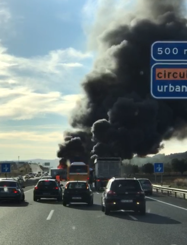 Un momento del incendio que ha tenido lugar en la Autovía A3 en dirección Madrid.