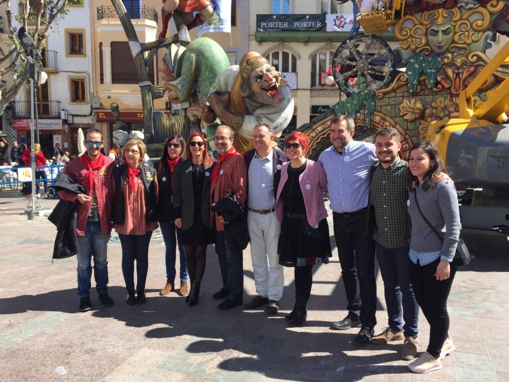 La vicepresidenta, Maria Josep Amigó, el alcalde, Diego Gómez, i otros miembros durante la visita a las Falles de Alzira.