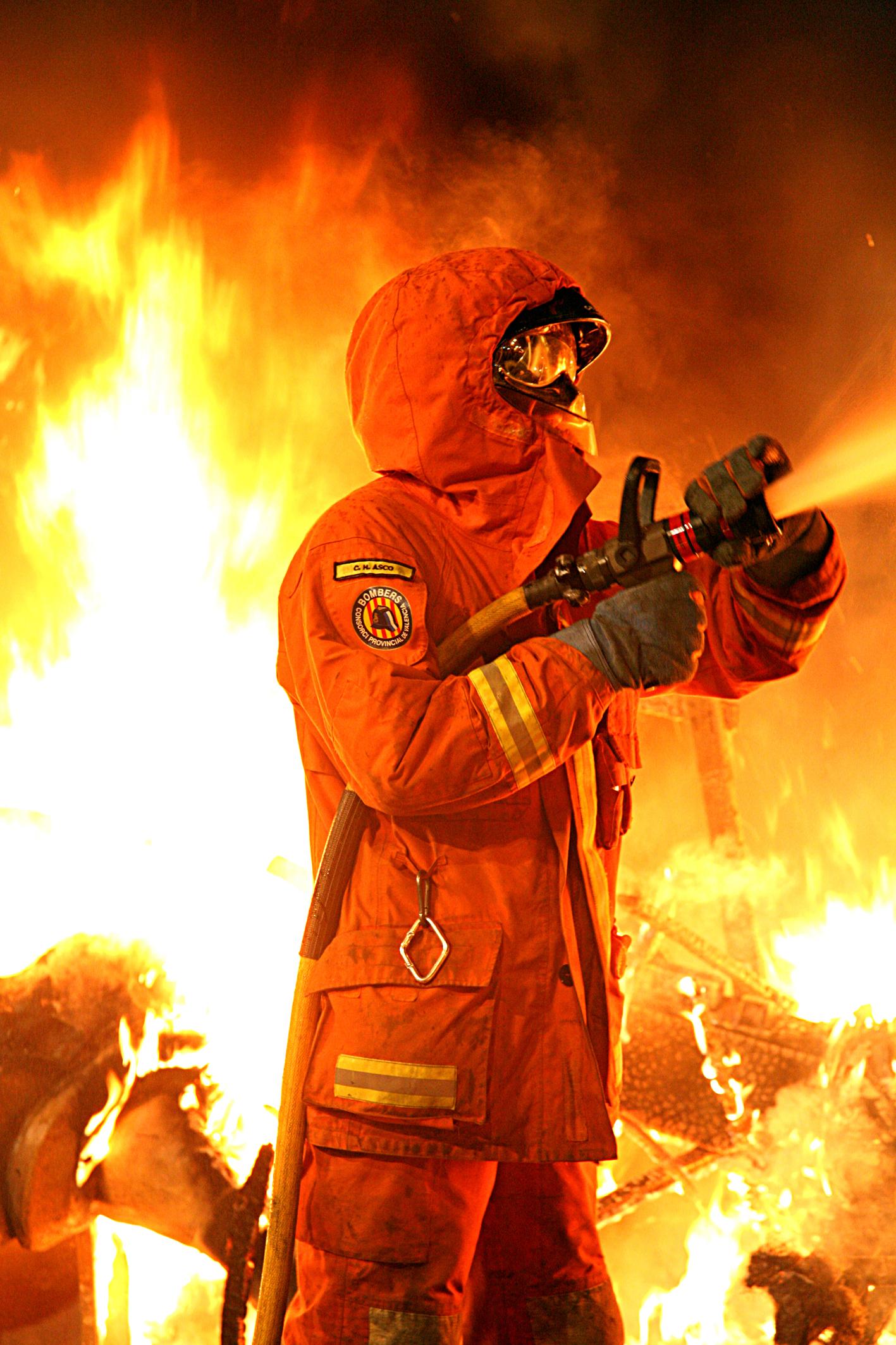 Uno de los efectivos del Consorcio Provincial de Bomberos durante el dispositivo especial de Fallas.