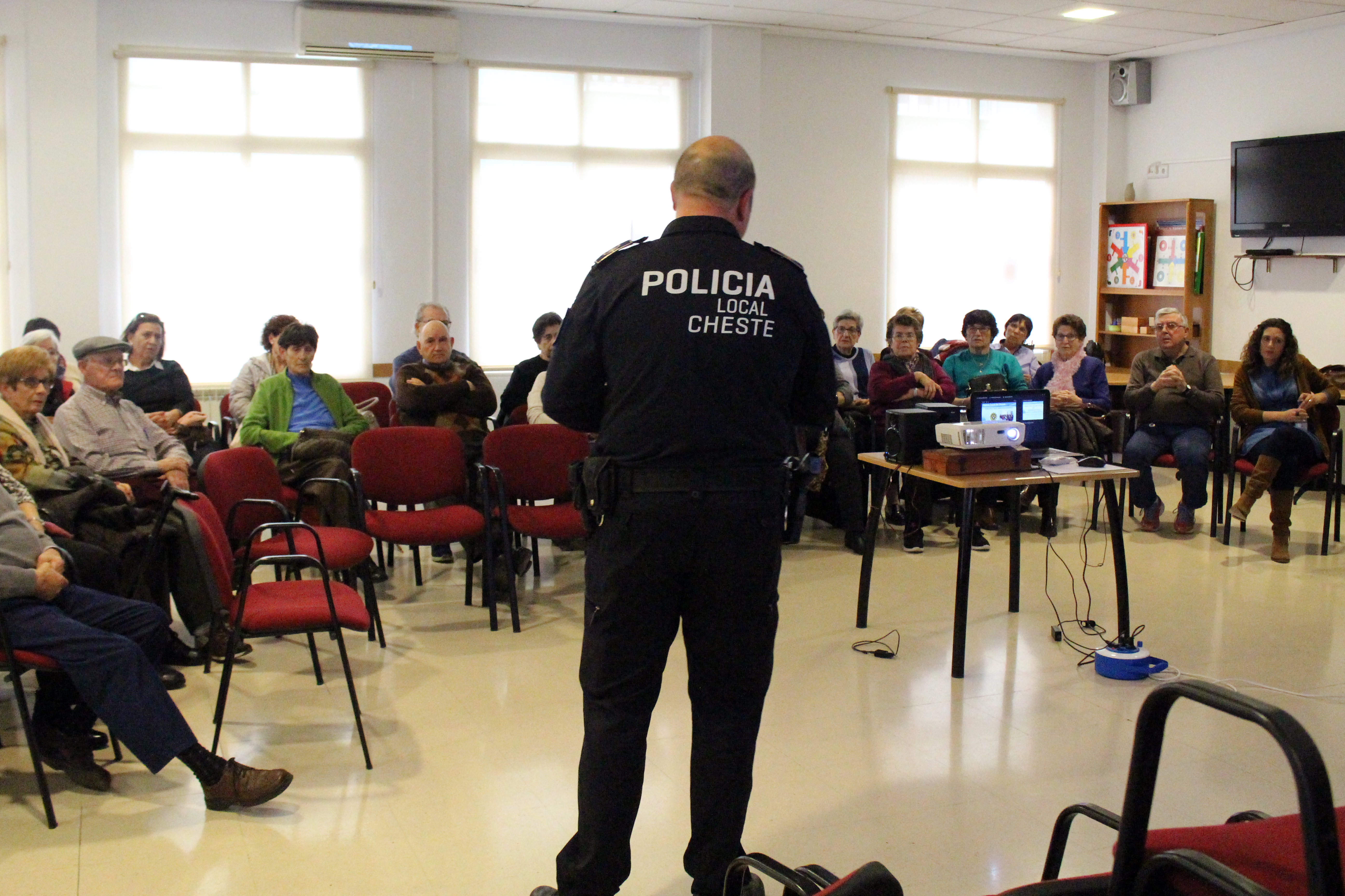 La charla contó con la presencia del Oficial Jefe de la Policía Local de Cheste, Daniel Gallardo, y de la concejala Ainoha Albiach.