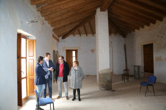 El presidente de la Diputación acompañado del alcalde y de los concejales de Cheste durante su visita a la Casa Valterra.