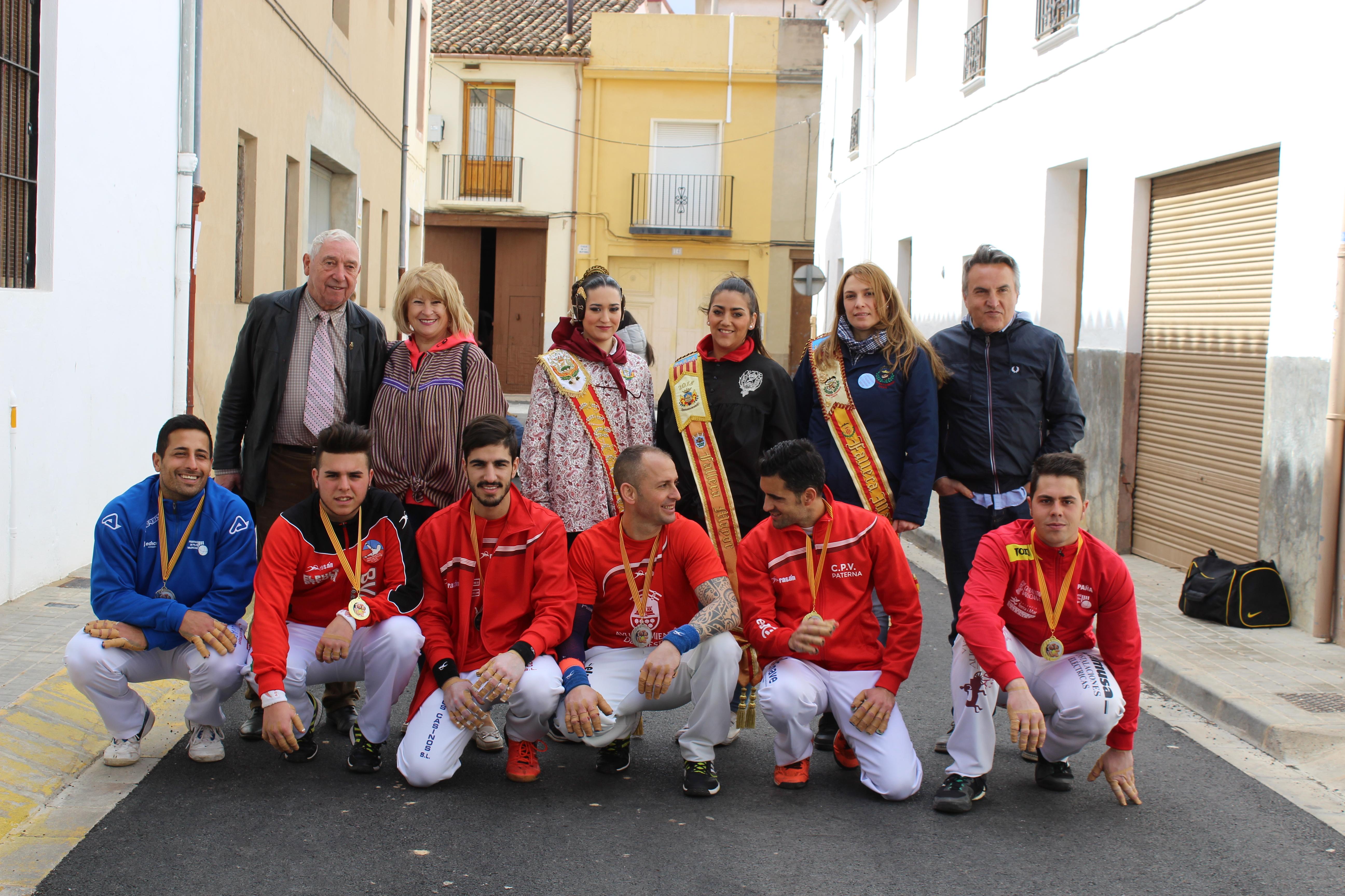 La jornada se cerró con la entrega de un detalle por parte de las tres falleras mayores a ambos equipos y con una foto de grupo.