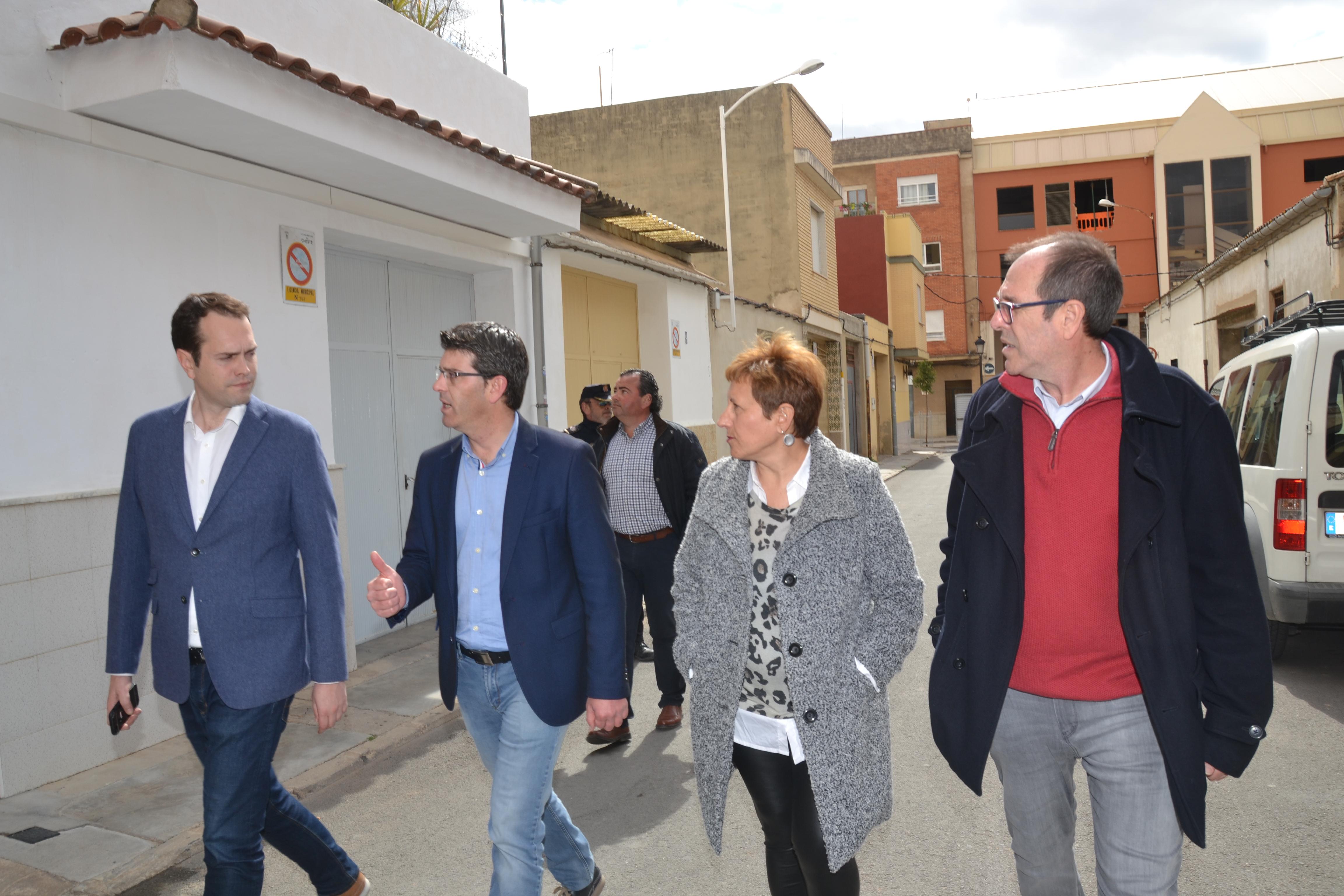 Jorge Rodríguez junto al equipo de gobierno de Cheste durante su visita a la localidad.