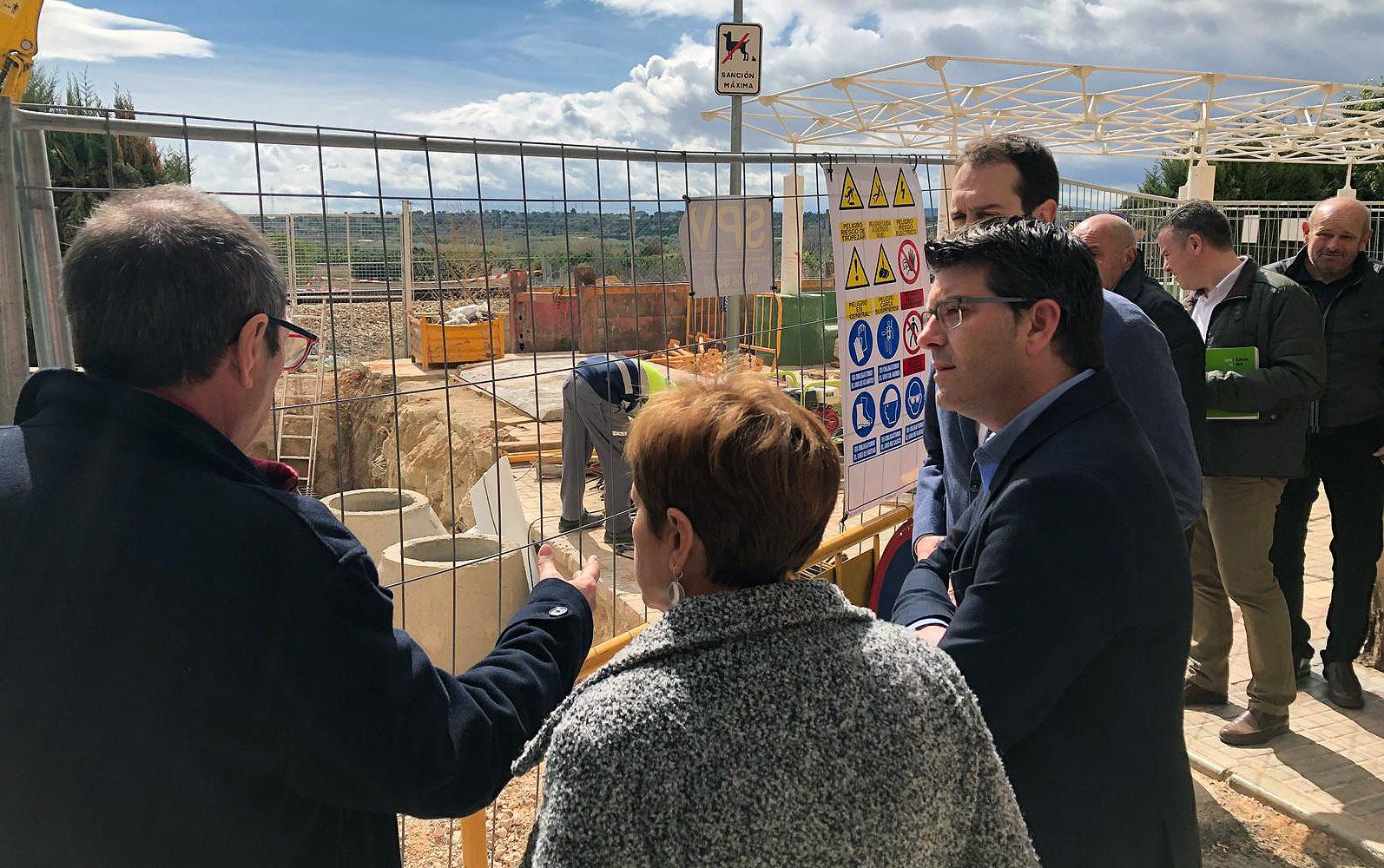 El presidente de la Diputació junto al alcalde de Cheste, José Morell, y otros miembros de la corporación durante su visita al municipio.