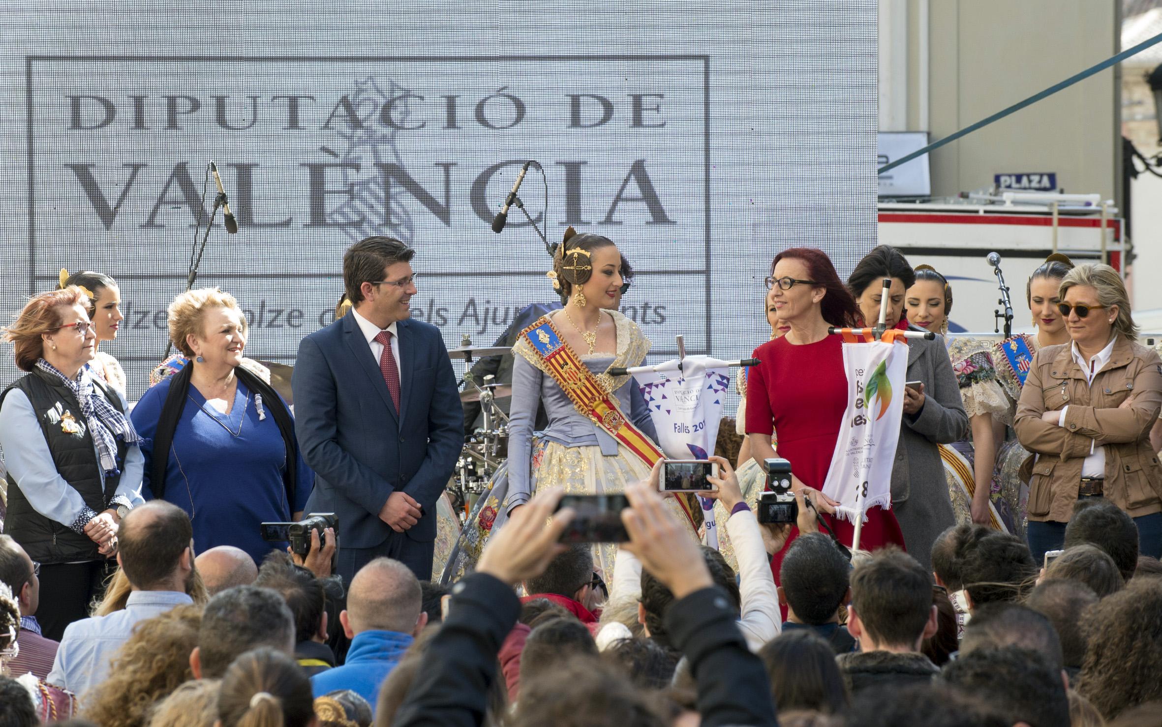Maria Josep Amigó, entrega el estandarte con el lema 'Falles Sostenibles, a la Fallera Mayor de València, Rocío Gil.
