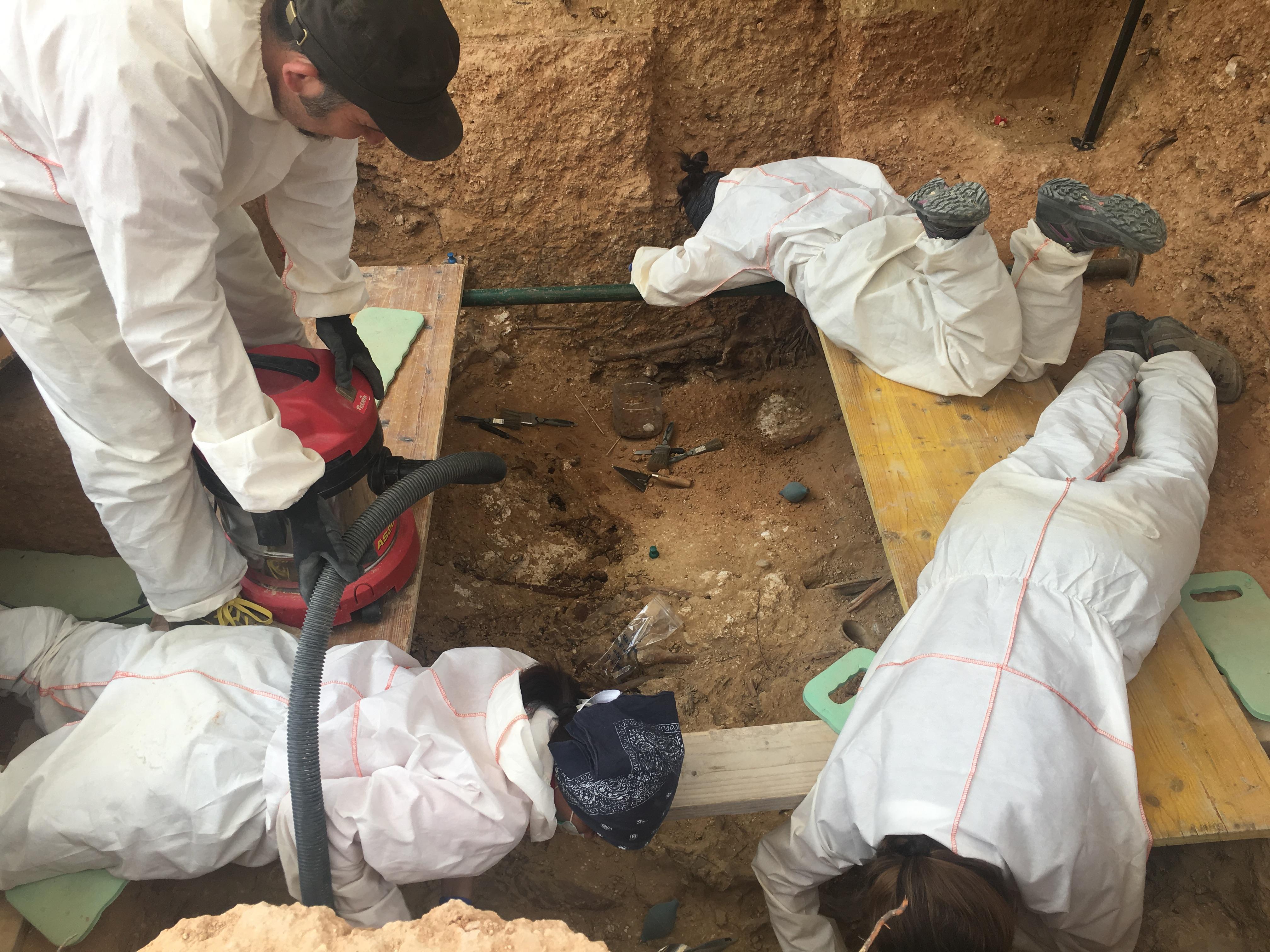 Los expertos de ArqueoAntro en la fosa común 22 del cementerio de Paterna.