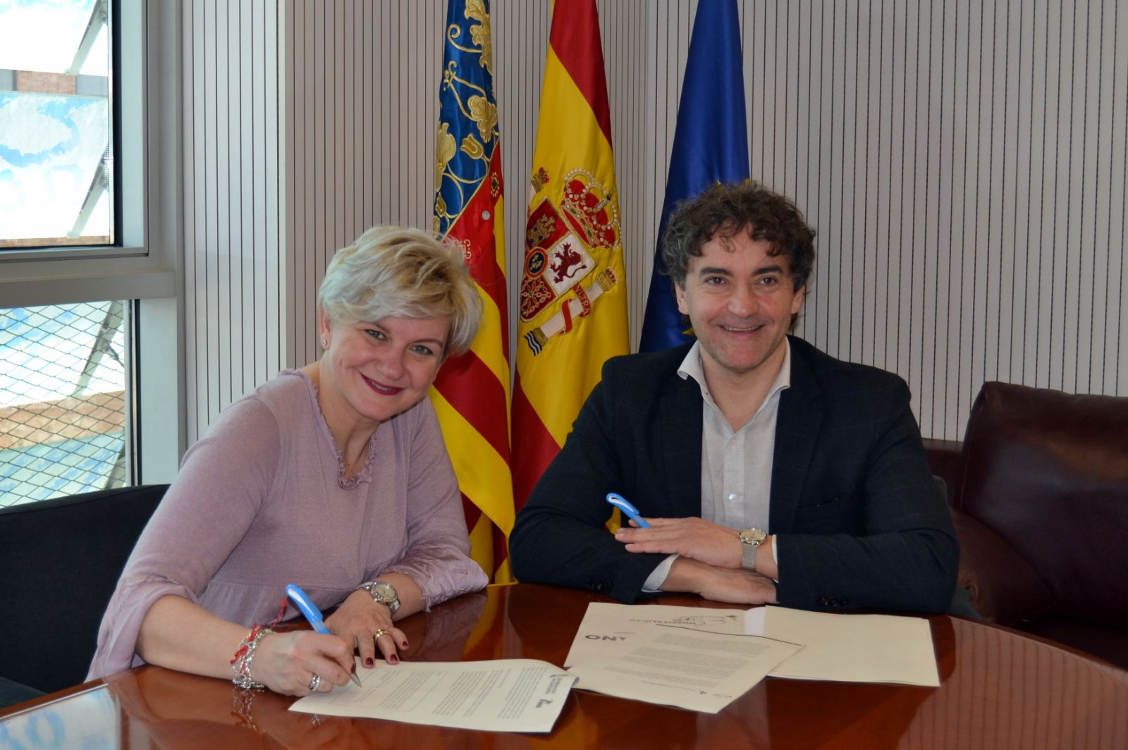 Pilar Moncho y Francesc Colomer firman la adhesión del Patronat de Turisme de València al Código Ético Mundial del Turismo.