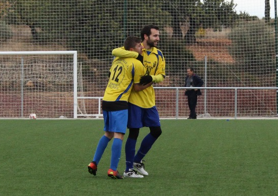 Sergio Castellanos, Osito, felicitado por sus compañeros tras marcar un gol. Foto: Raúl Miralles.