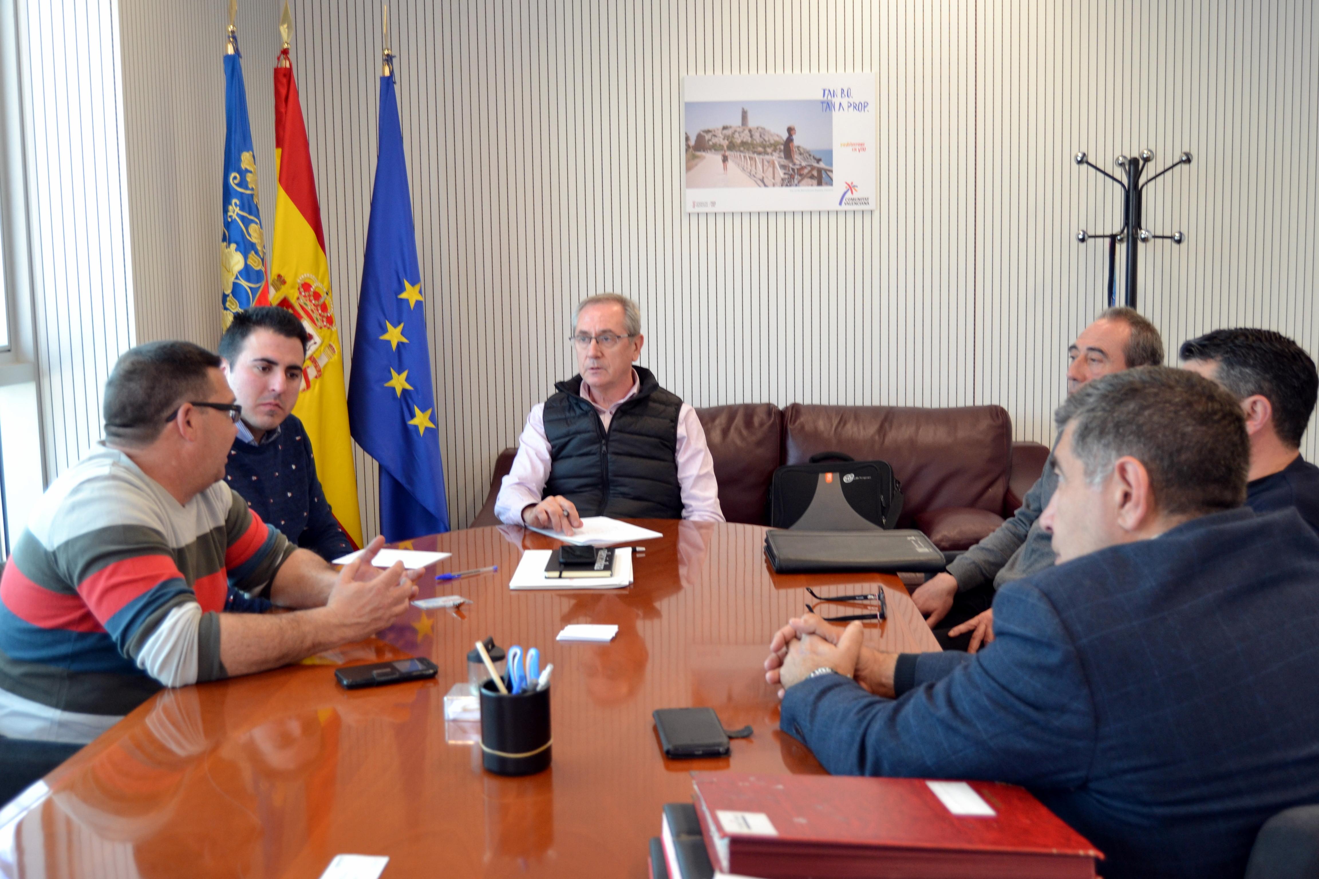 Ayuntamiento de Buñol y Asociación de Empresarios y Autónomos de la localidad se reúnen con Josep Gisbert, de la AVT, para apoyar atractivos turísticos como el Castillo y la Tomatina.