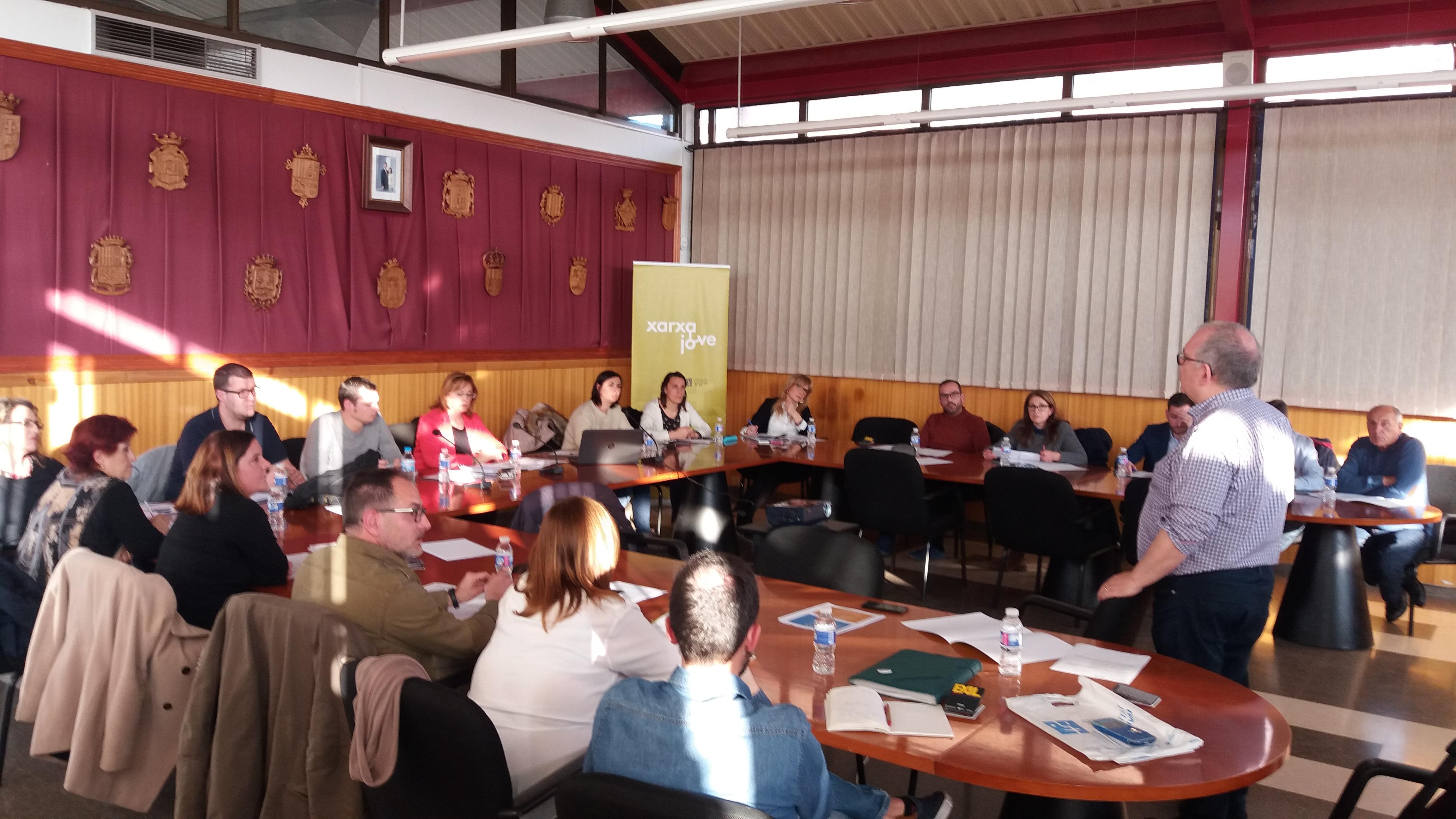 Reunión con concejalas y concejales y personal técnico de Juventud de una decena de municipios de la Mancomunitat Camp de Túria.