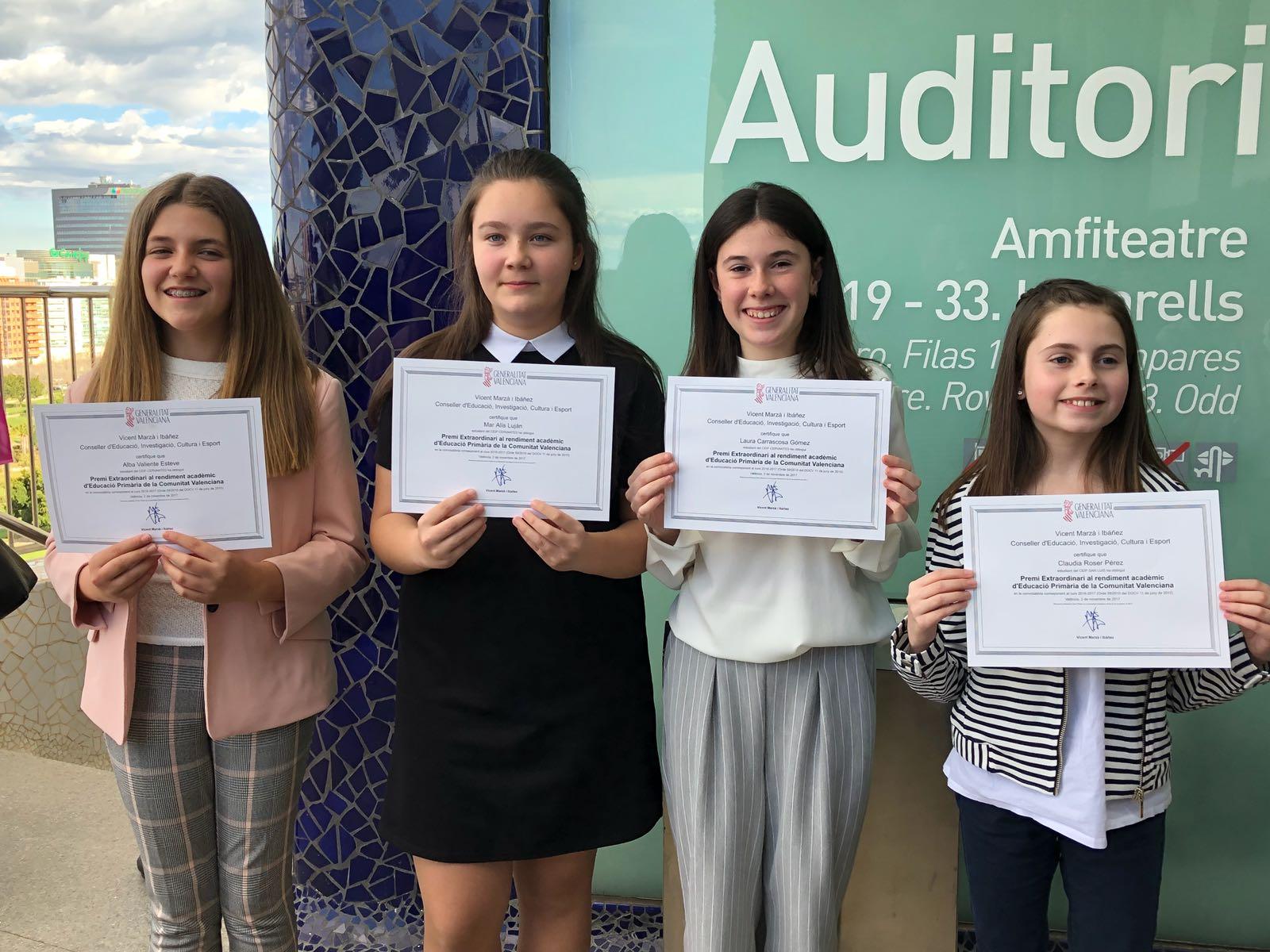 Las cuatro niñas premiadas en los colegios públicos de Buñol.