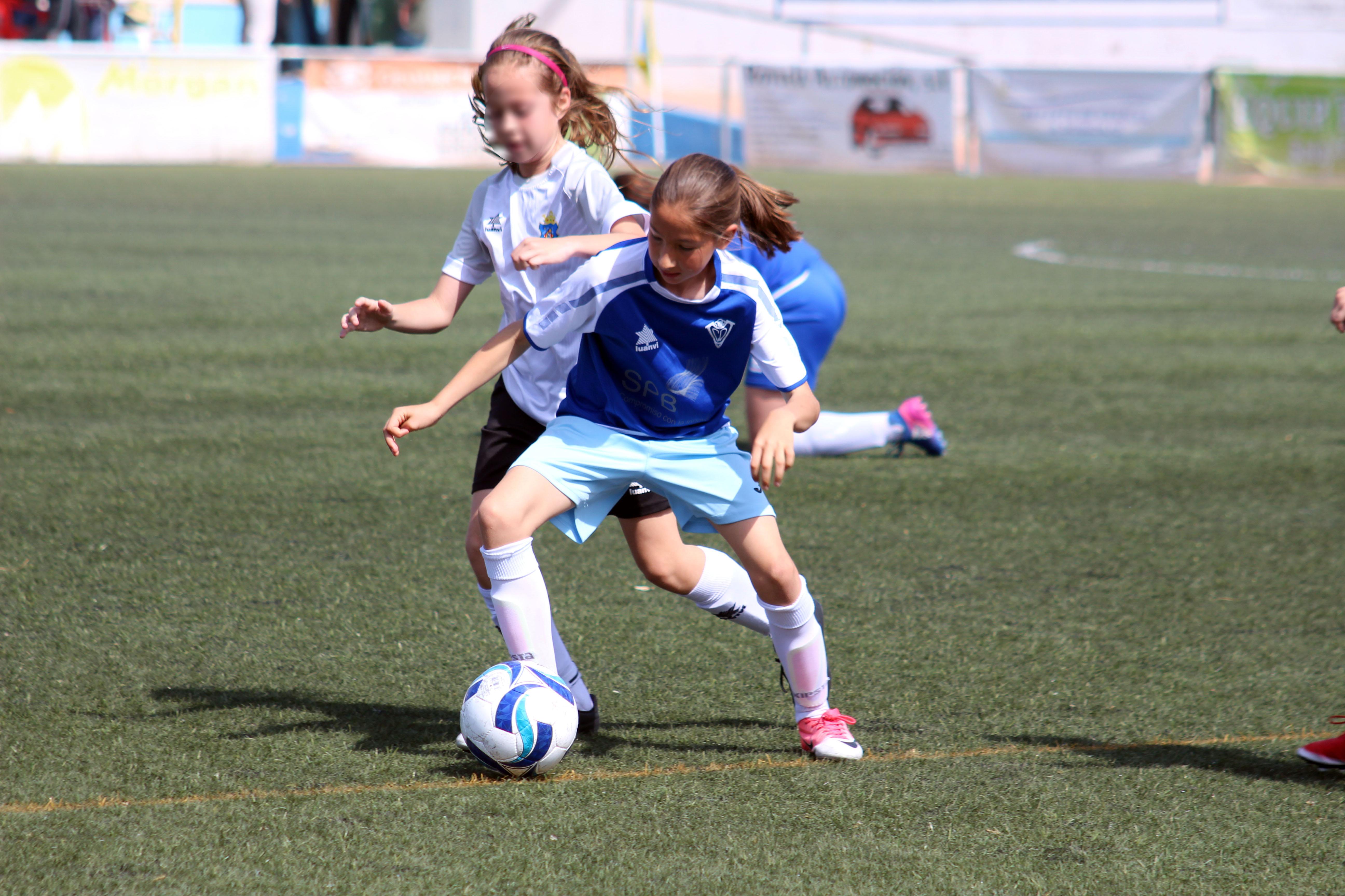 El primer partido del equipo de fútbol femenino de Cheste en el campo 'La Viña'.