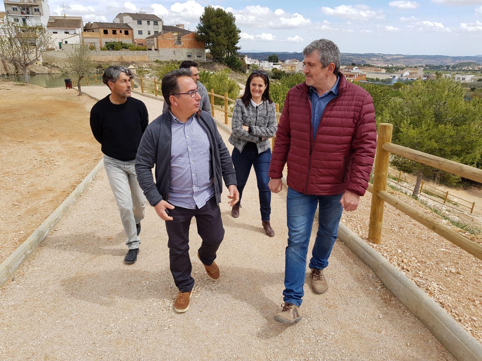 El alcalde de Yátova junto al diputado Josep Bort han visitado las obras financiadas por la Diputación.