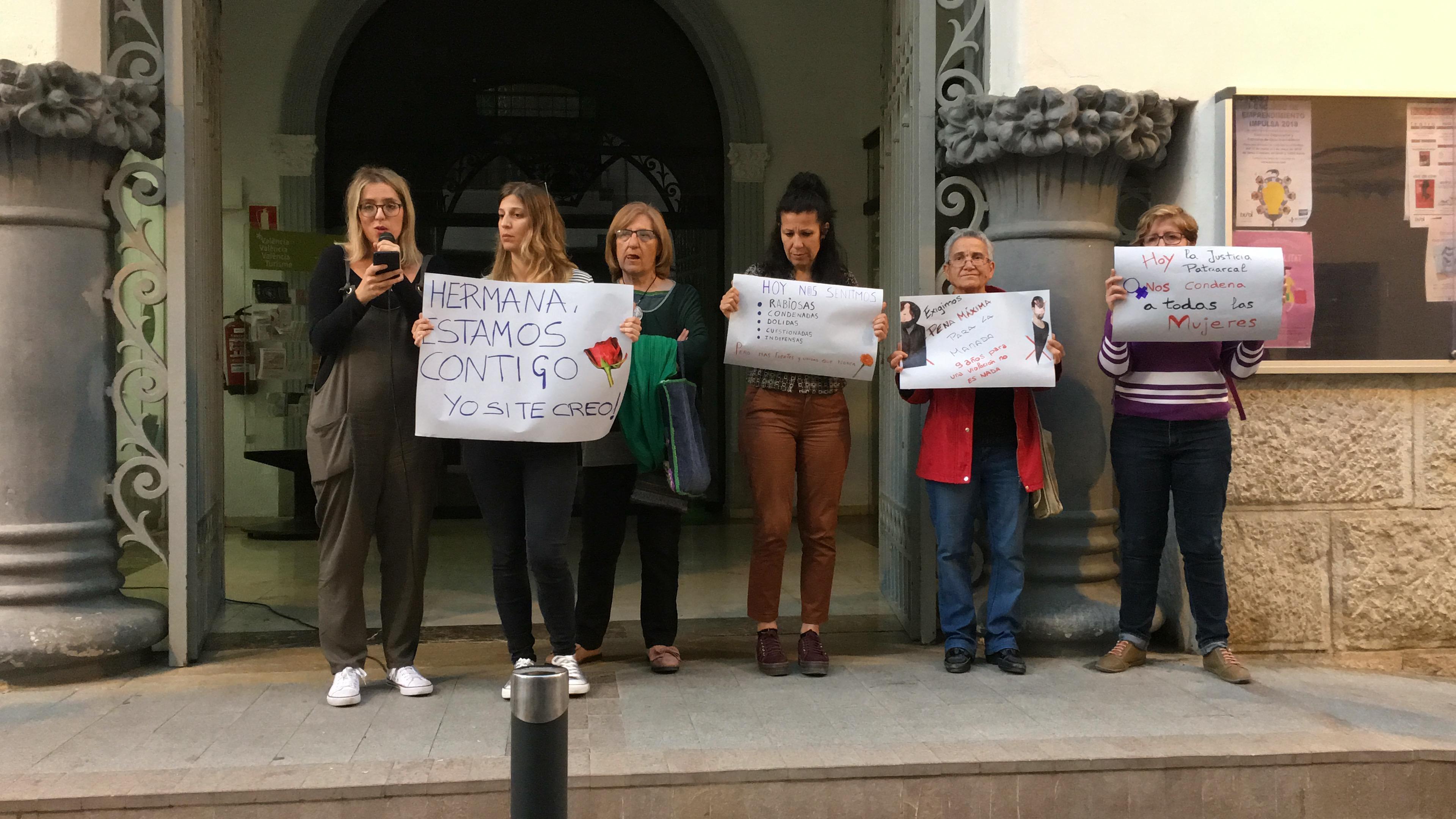 Concentración de protesta ante las puertas el Ayuntamiento de Buñol cuando se dictó la sentencia.