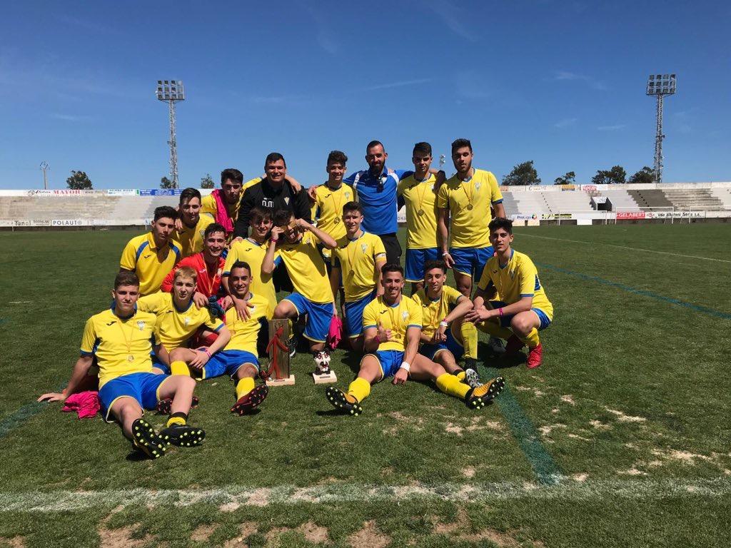 Conjunto juvenil del CD Cheste que se ha proclamado subcampeón en el torneo.