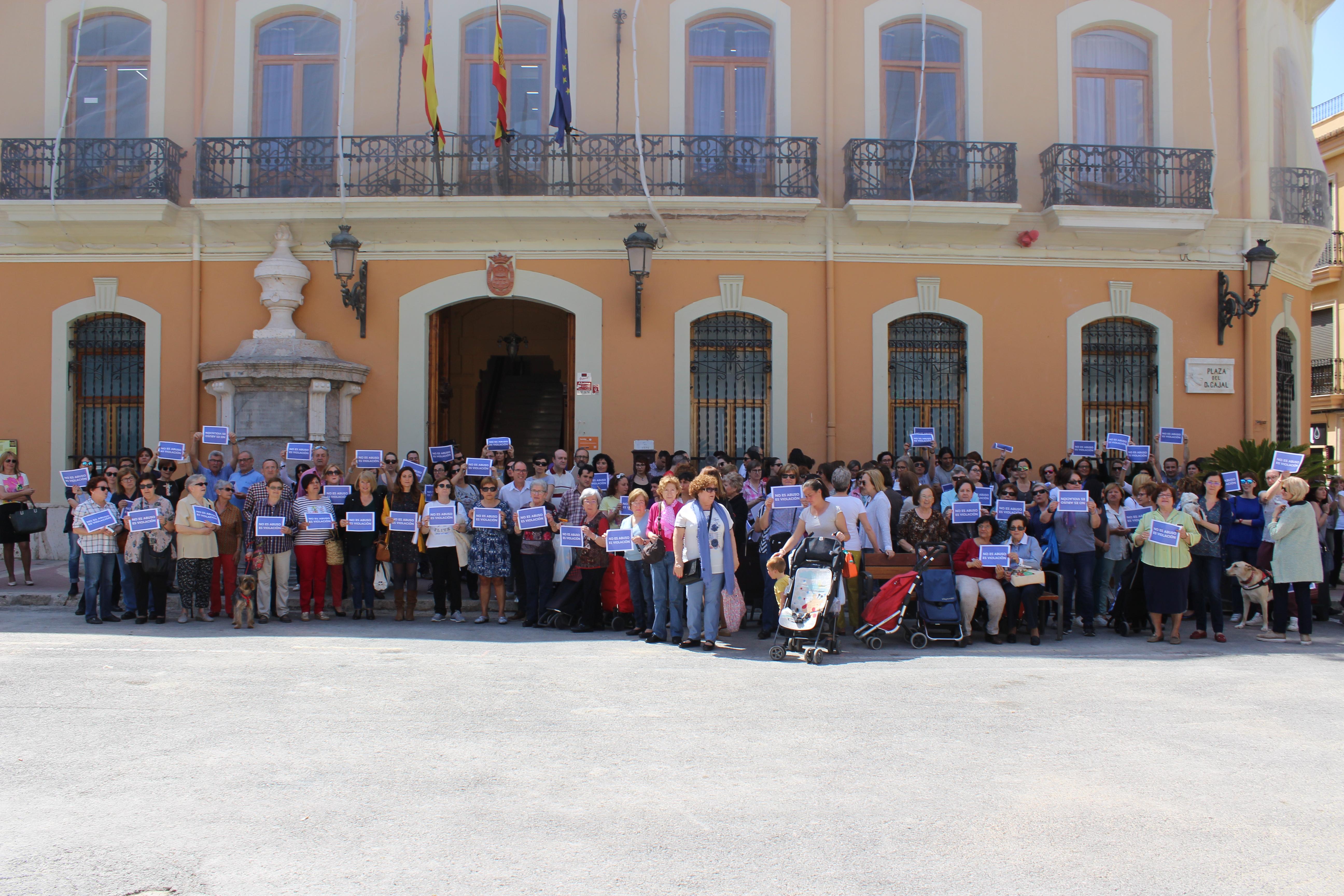 Concentración de protesta ante las puertas el Ayuntamiento de Cheste.