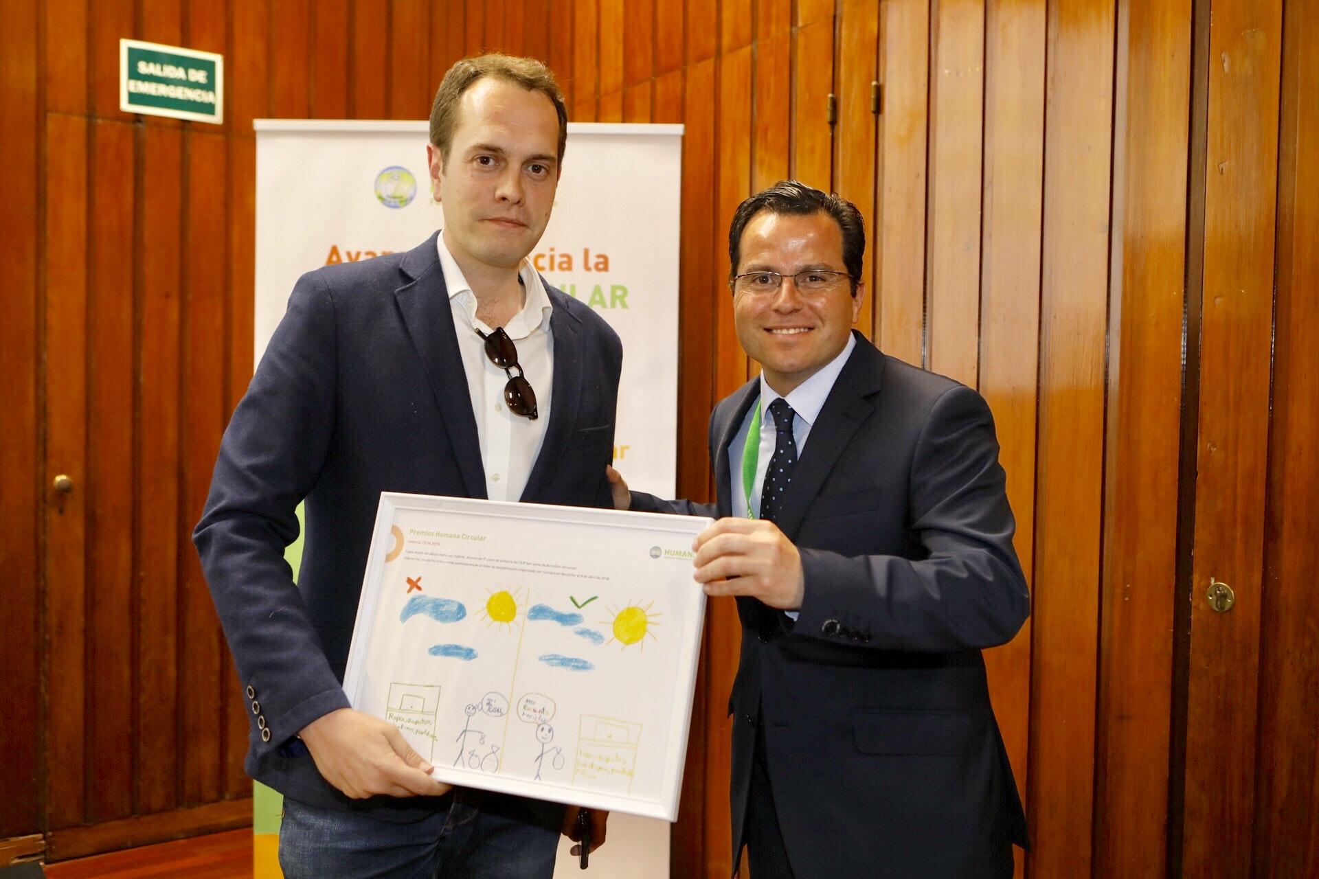 El alcalde de Cheste, José Morell, en representación del Ayuntamiento, recogía el galardón.